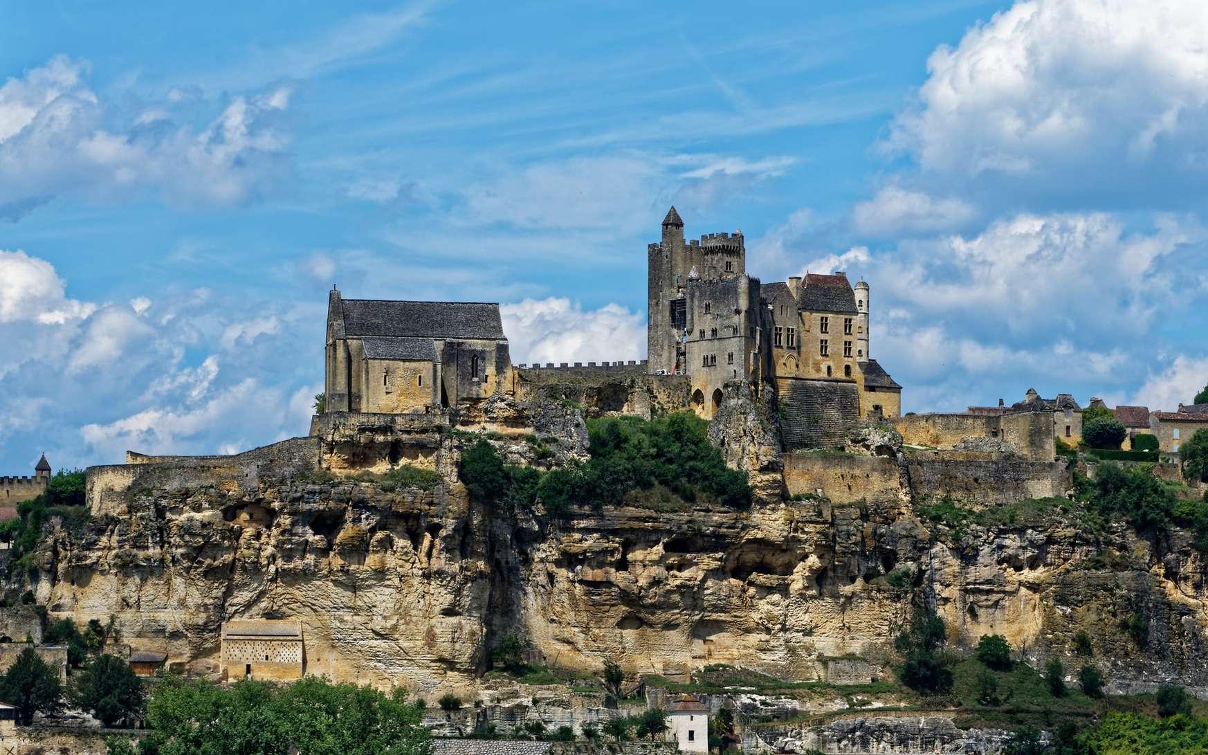 Quelle date correspond au début du Moyen Âge ? Ici, le château de Beynac, en Dordogne, une construction médiévale. © Pictures news, Fotolia