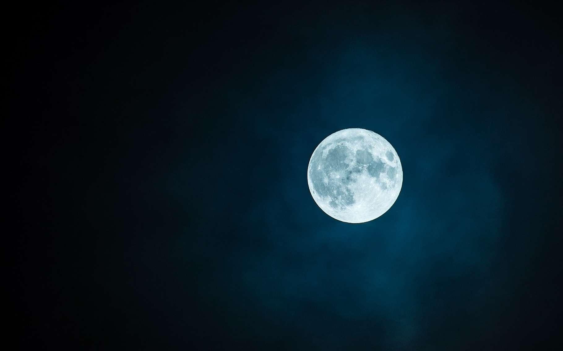 Selon des chercheurs américains, il y aurait au fond des cratères du pôle sud de la Lune, beaucoup plus de glace d'eau qu'on ne le pensait. Mais des chercheurs de la Nasa pensent que celle-ci pourrait être en train de s'échapper. © rkarkowski, Pixabay License