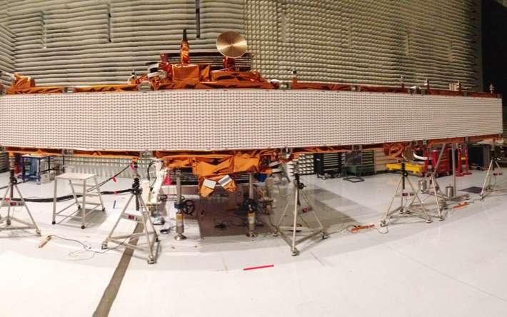 Sentinel 1 dans toute sa longueur. Les 12,3 mètres du radar sont déployés dans la chambre anéchoïque de Thales, à Cannes. © Thales Alenia Space