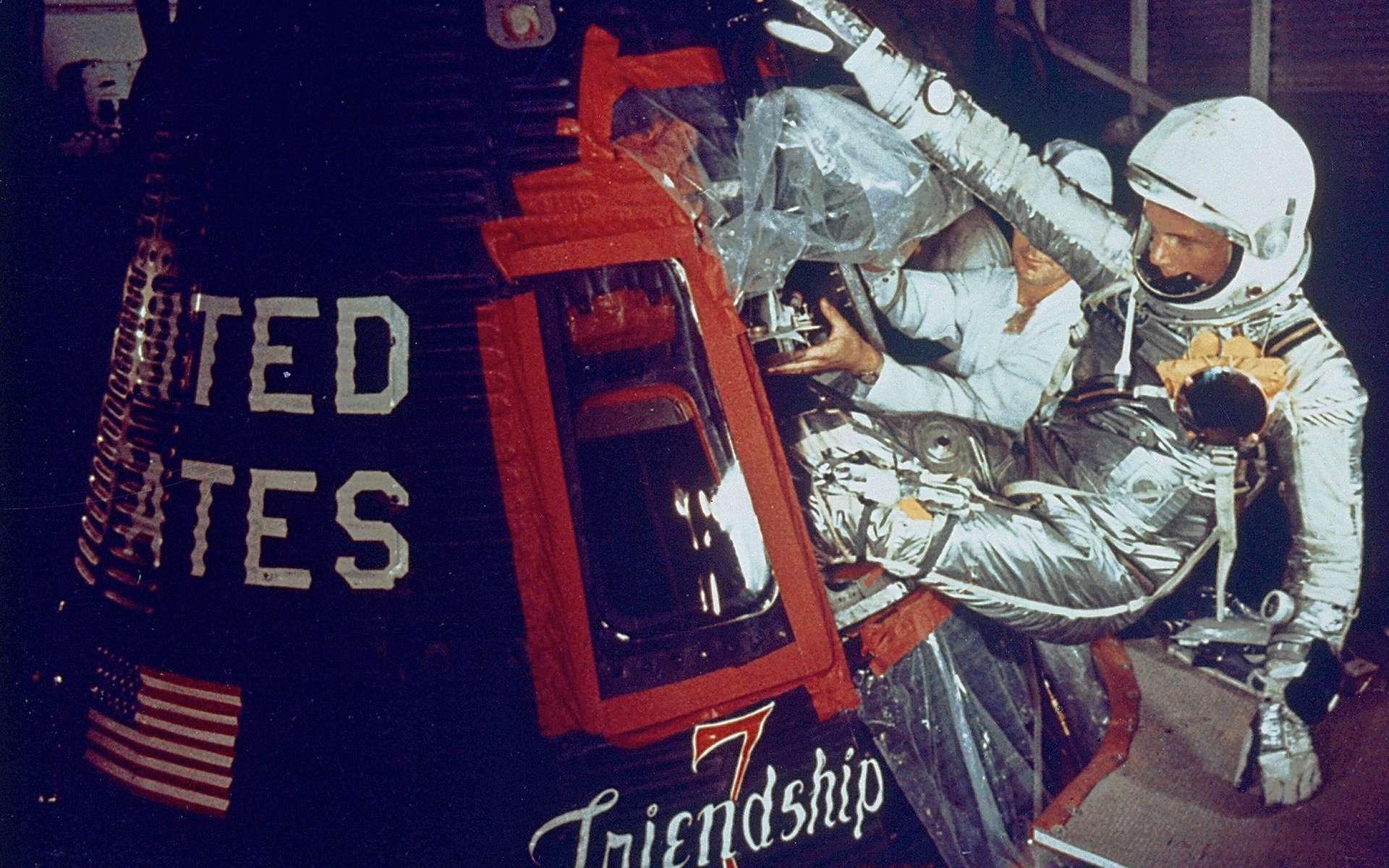 John Glenn entre dans la capsule Friendship, le matin du 20 octobre 1962. Quelques heures plus tard, près d'un an après Youri Gagarine, il deviendra le premier Américain à réaliser un vol orbital autour de la Terre. © Nasa