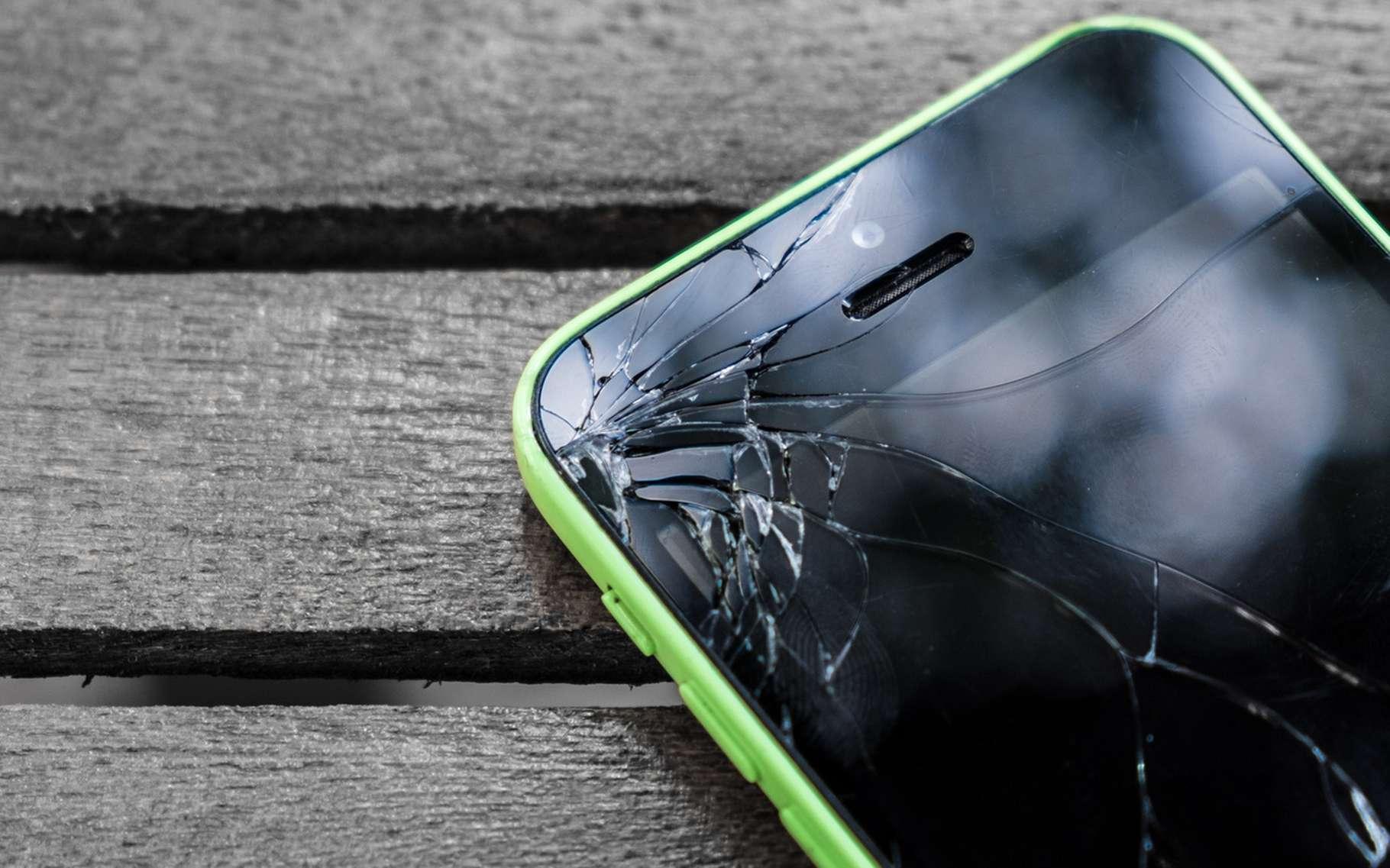 Toujours plus grands et performants, les écrans des smartphones sont devenus très sensibles au moindre choc. © Piyawan, Fotolia