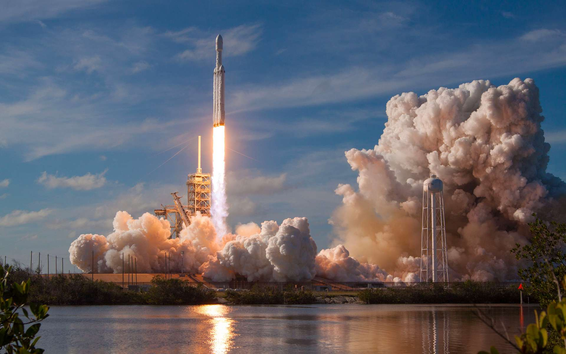 Vol inaugural du Falcon Heavy de SpaceX (février 2018). Le lanceur, le plus puissant au monde en service, a décollé du pas de tir 39A, du complexe de lancement 39 du Centre spatial Kennedy (Floride, États-Unis) réaménagé pour l'accueillir et la version habitée du Falcon 9. © SpaceX