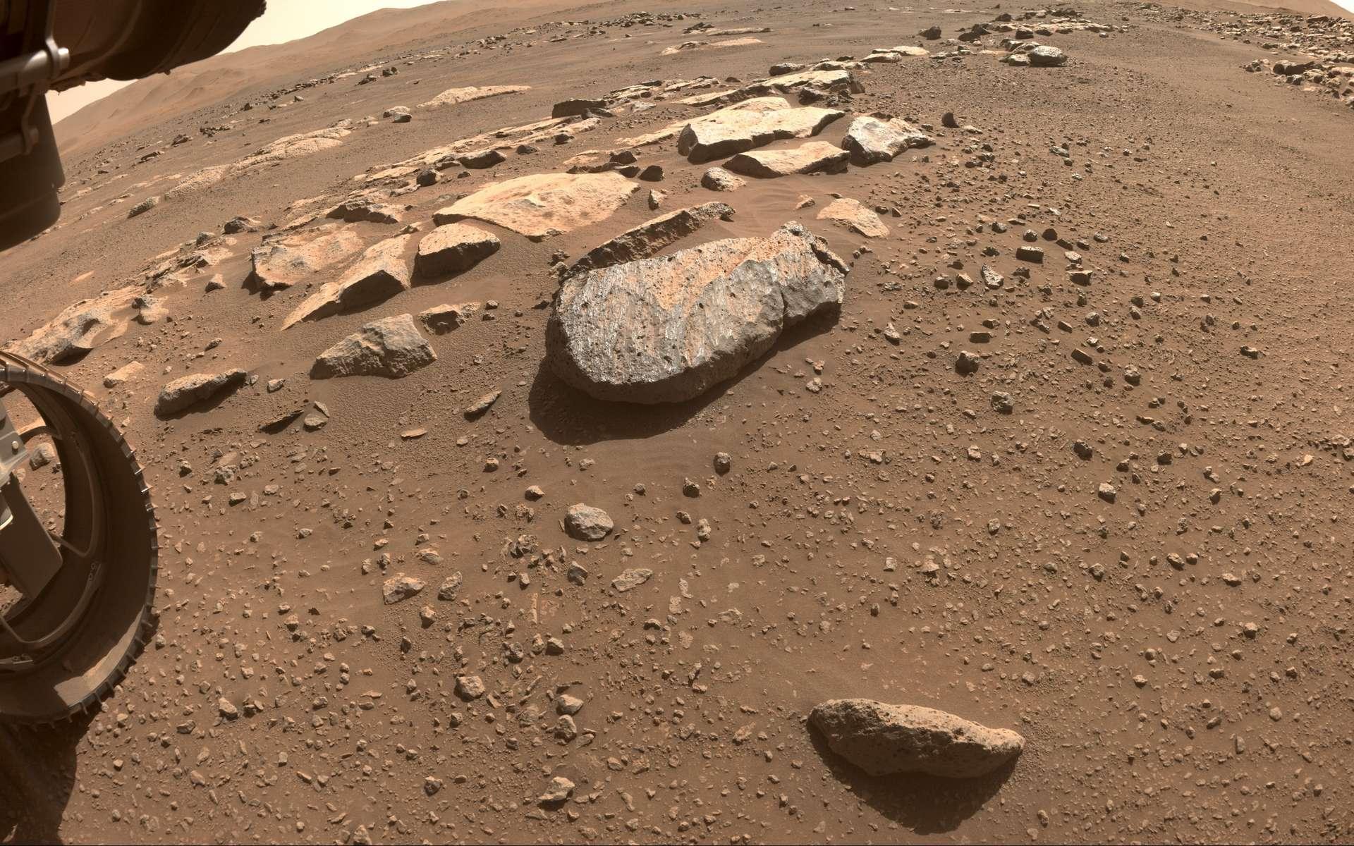 Le rocher « Rochette » photographié par l'une des Hazard Camera frontales, le 26 août, avant le forage de Perseverance. © Nasa, JPL-Caltech