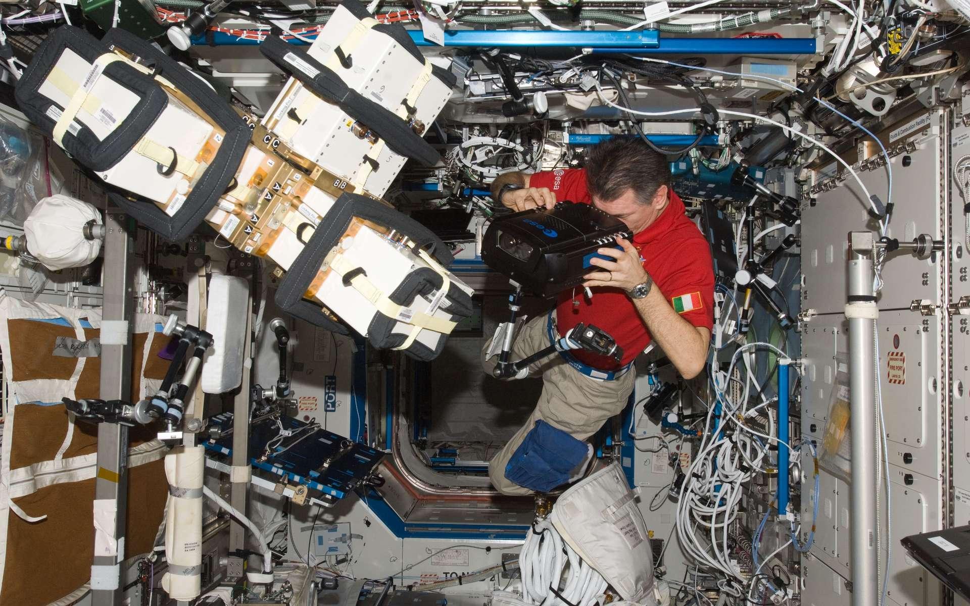 L'astronaute Paolo Nespoli utilise la caméra 3D ERB-2. © Esa
