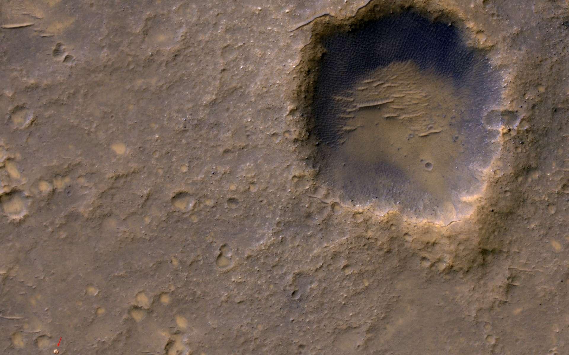 MRO a photographié le 29 janvier 2012 la plateforme d'atterrissage (flèche rouge) qui abritait le rover Spirit. © Nasa/JPL-Caltech/Univ. de l'Arizona