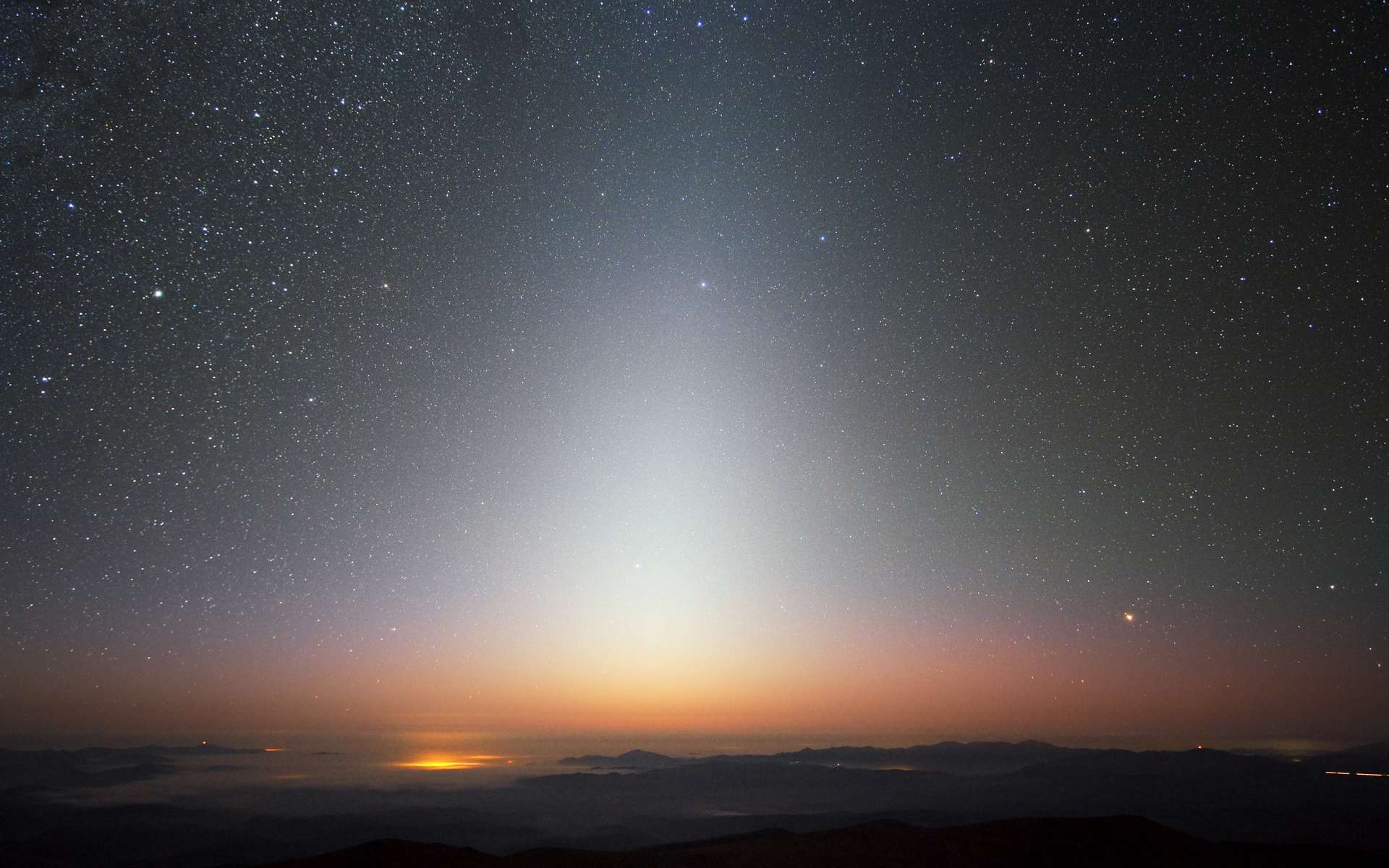 Lumière zodiacale au-dessus de l'horizon au Chili, non loin de l'observatoire de Paranal. © ESO, Yuri Beletsky