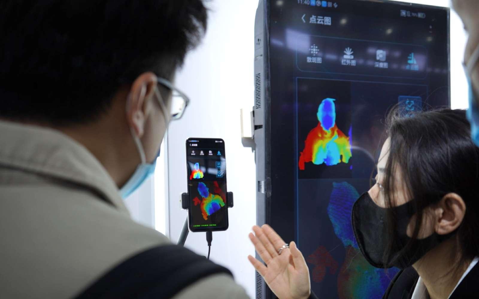 Le projecteur qui permet de reconnaître un visage en 3D a vu sa puissance démultipliée. © ZTE