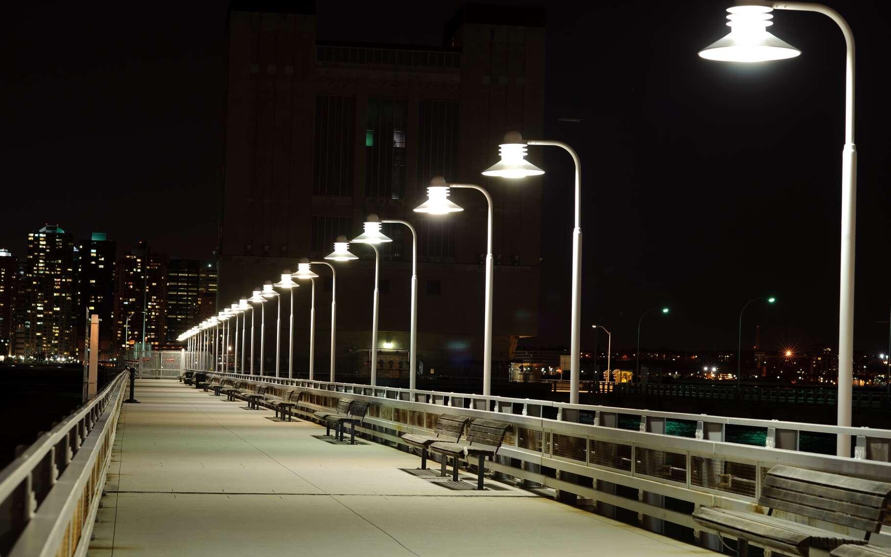 Si l'éclairage urbain est indispensable pour créer un sentiment de sécurité, rien n'interdit de l'utiliser seulement quand cela est nécessaire, c'est-à-dire au passage de piétons, cyclistes ou véhicules. © Sorbis, Shutterstock