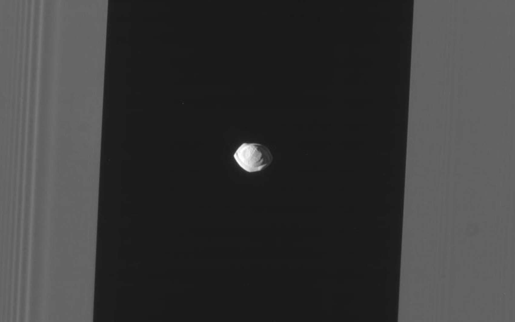 Pan, au centre de la division d'Encke. © Nasa, JPL-Caltech