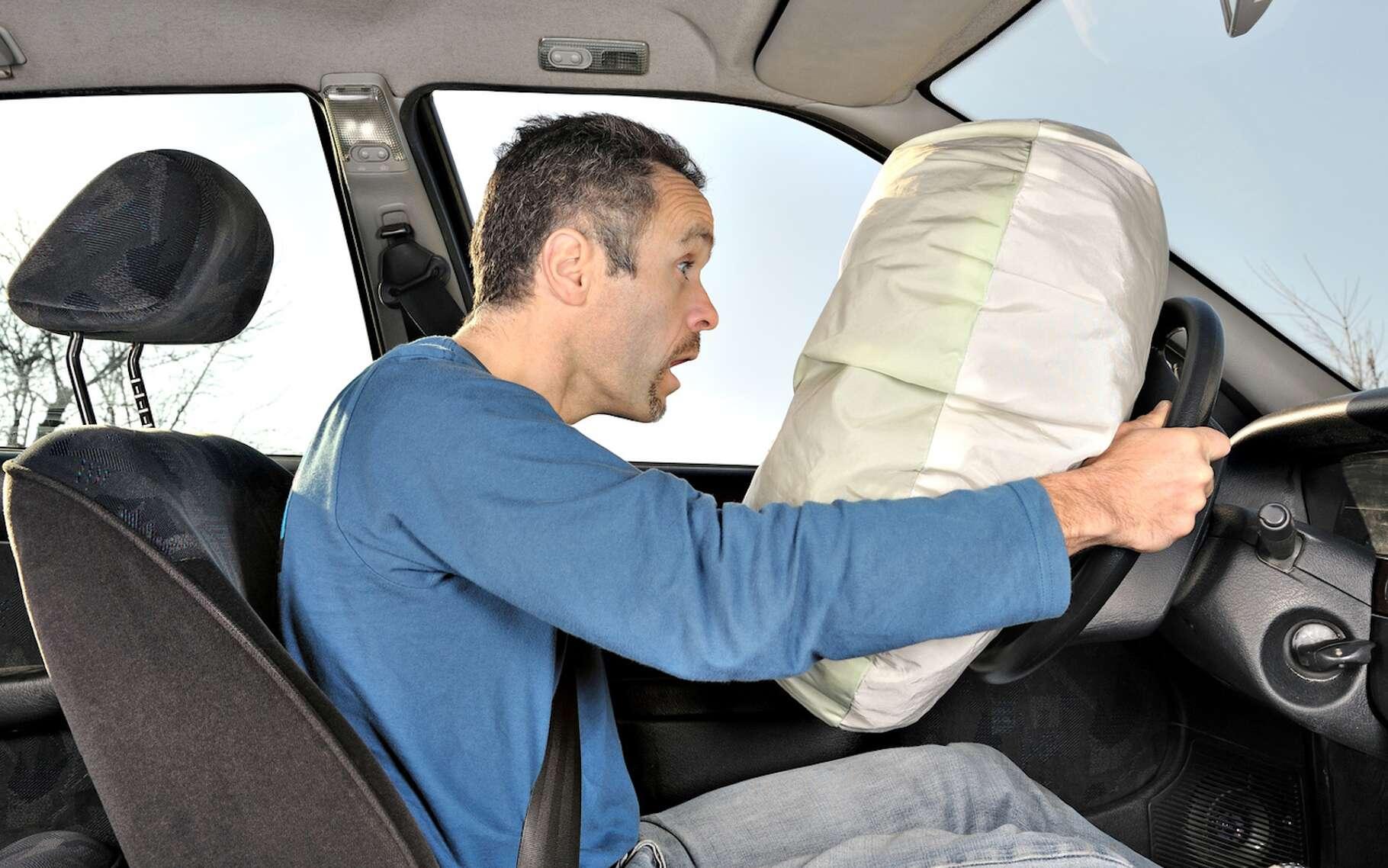 En cas de choc, un airbag se gonfle à une vitesse de quelque 200 km.h-1. © thieury, Fotolia