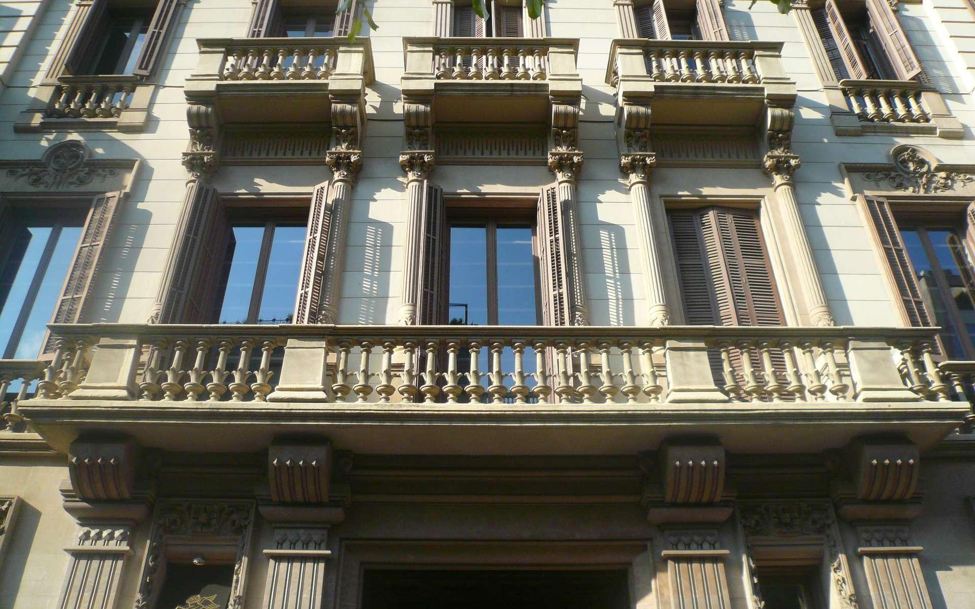 Un balcon peut être esthétique et avoir des balustrades originales, parfois travaillées dans la pierre comme ici. © Pere López, CC BY-SA 3.0, Wikimedia Commons
