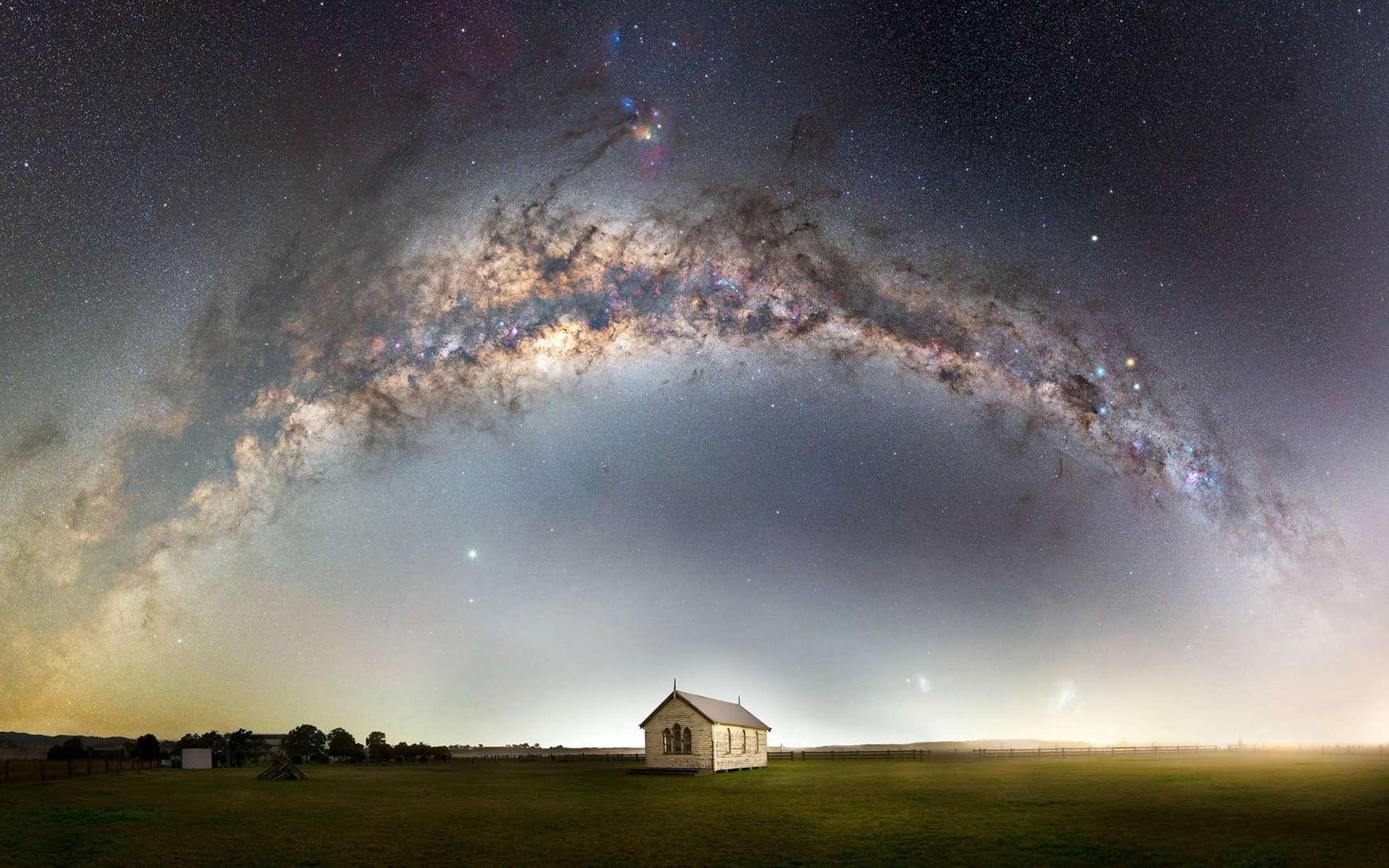 La Voie lactée au-dessus d'une petite église à Hunter, en Nouvelle-Galles du sud (Australie). © John Rutter