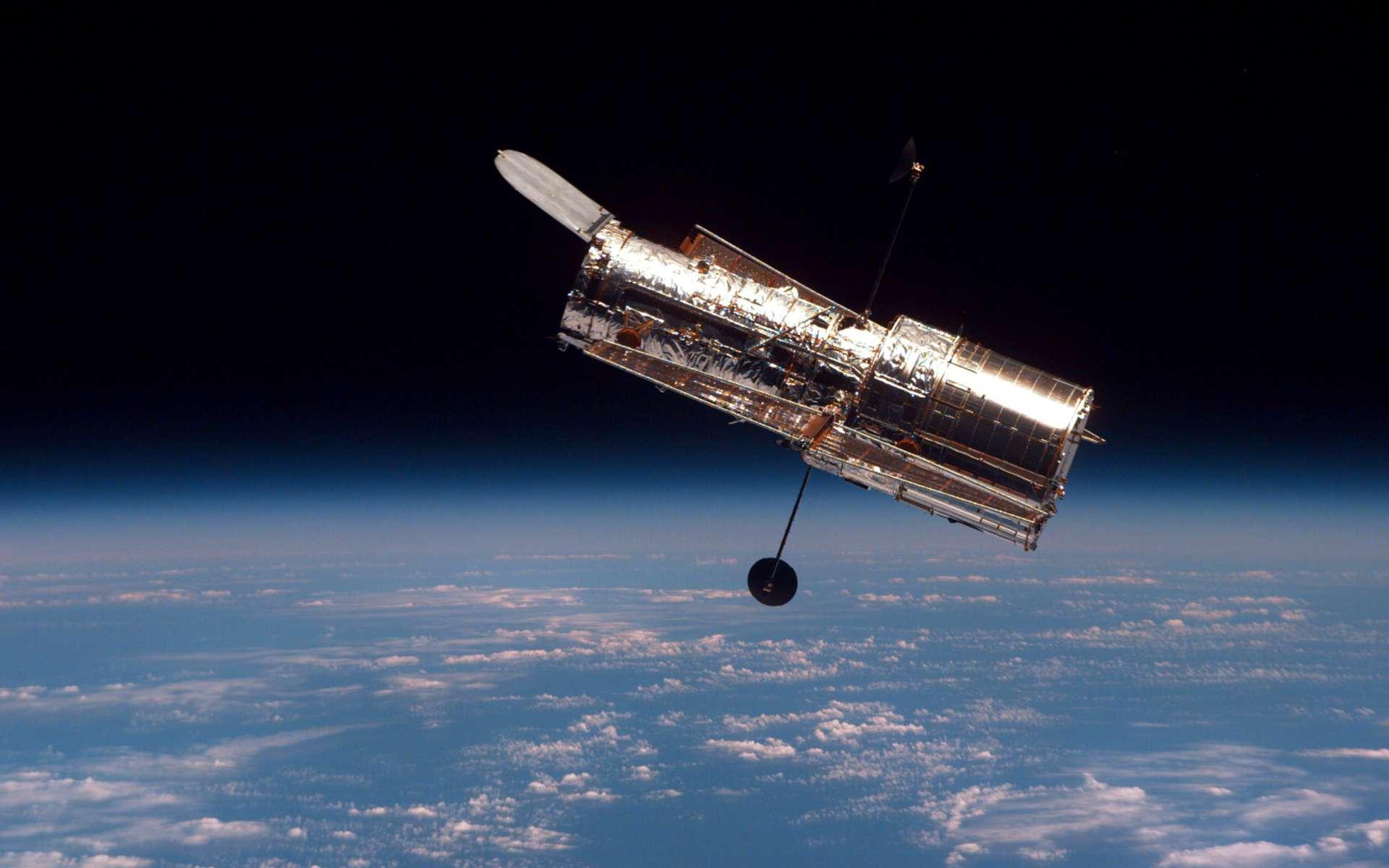 Le 25 avril 1990, l'équipage de Discovery déploie le télescope spatial Hubble à quelque 550 kilomètres au-dessus de la Terre. © Nasa