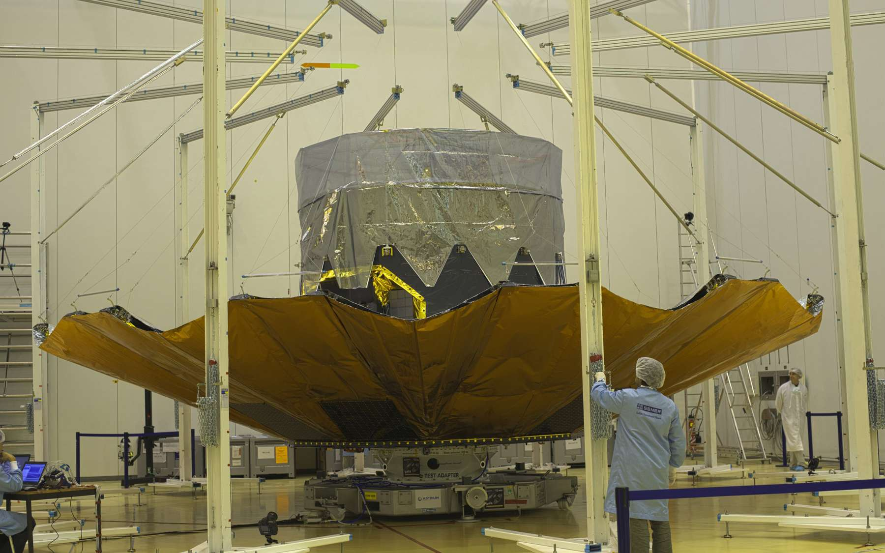 Le satellite Gaia dans la salle blanche du bâtiment S1B du centre spatial guyanais, le 10 octobre. On remarque son bouclier thermique déployé. © M. Pedoussaut, Esa