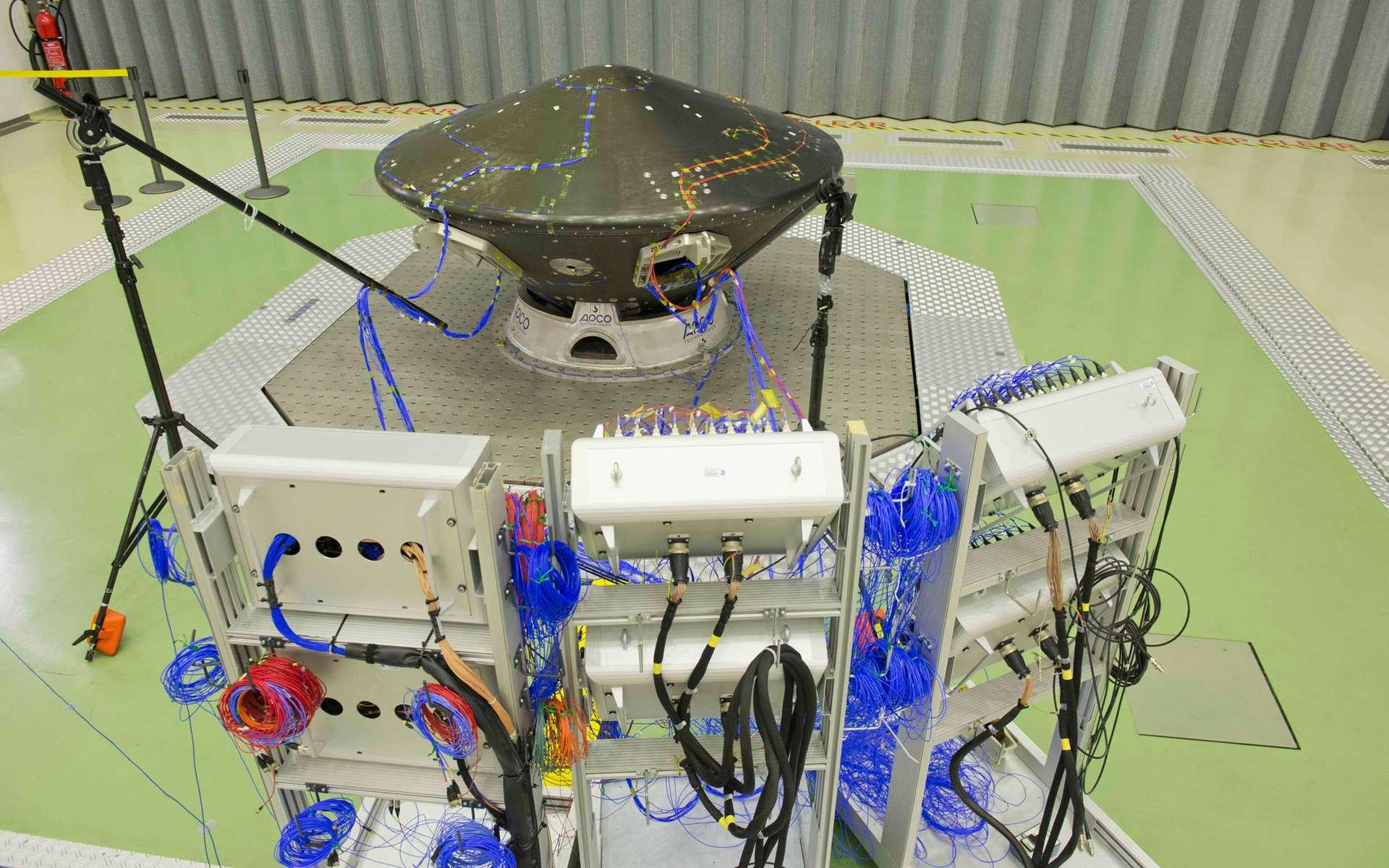 Installé sur Quad, le banc de test vibrant le plus puissant de l'Estec, l'atterrisseur d'ExoMars 2016 subit des essais de vibrations, afin de s'assurer de sa résistance aux contraintes du lancement. © Anneke Le Floc'h, Esa