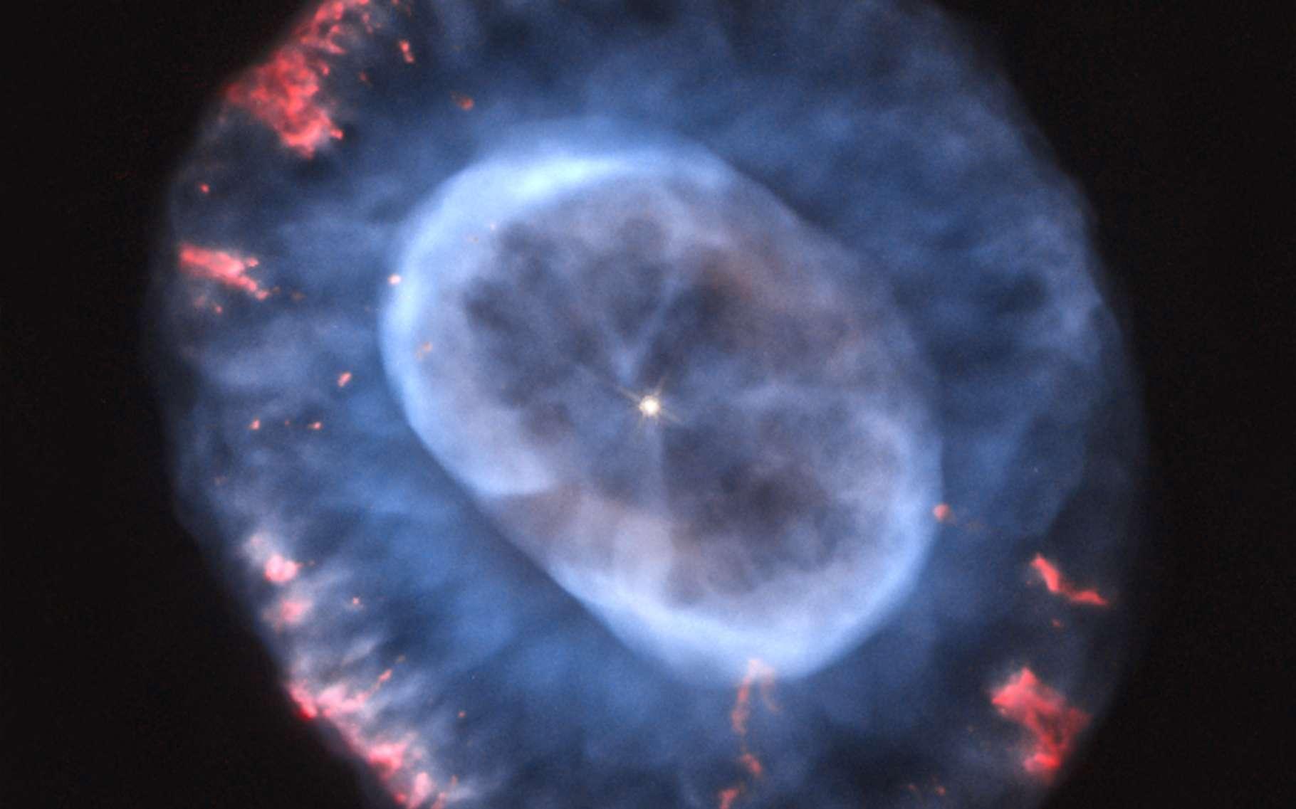 Selon des chercheurs de l'université de l'État de Floride (États-Unis), la supernova LSQ14fmg a explosé dans un système similaire à celui présenté sur cette image de la nébuleuse planétaire de la boule de neige bleue. Avec une étoile centrale perdant une grande quantité de masse et formant un anneau de matière entourant l'étoile. © A. Hajian, Nasa, Esa