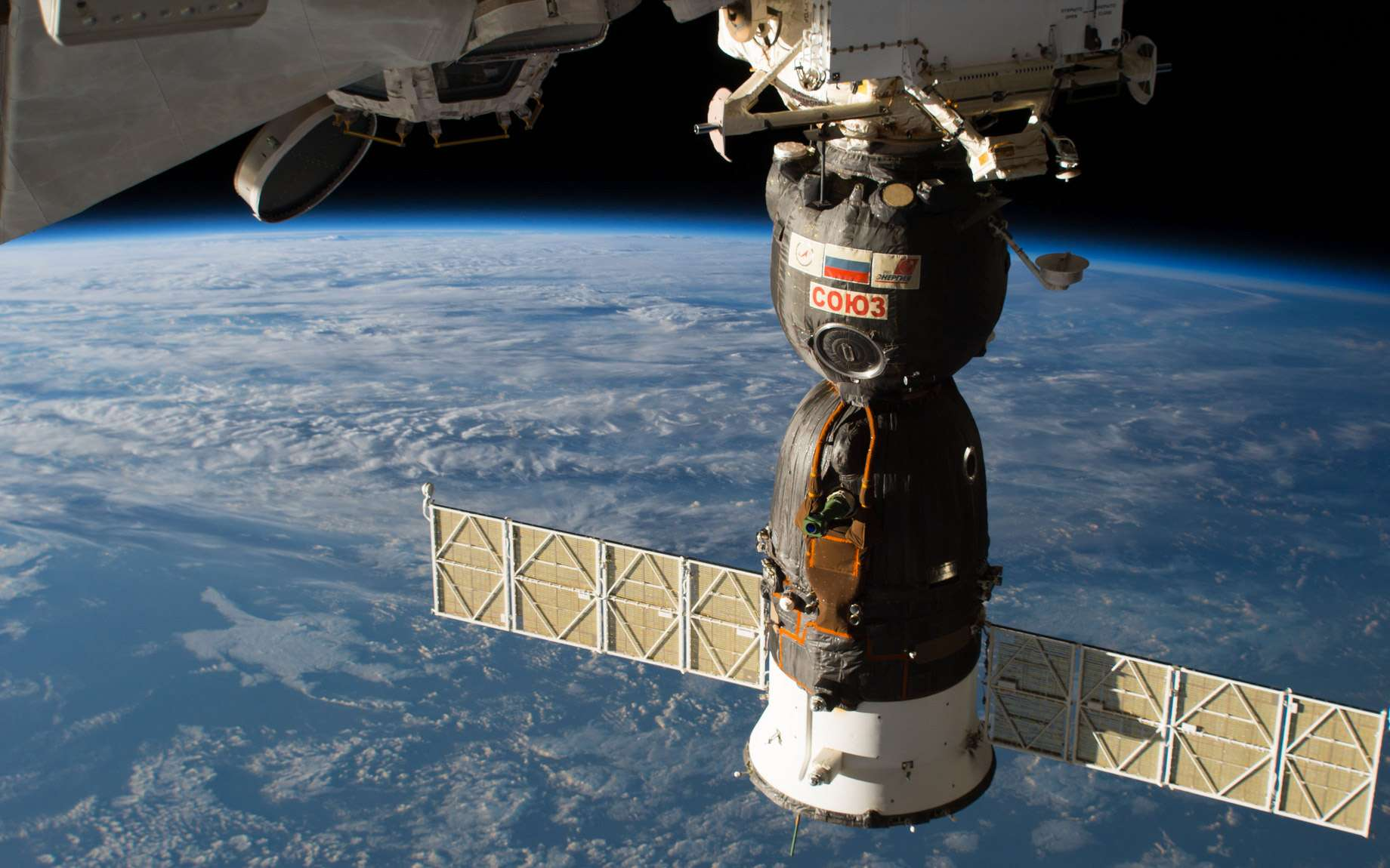 Le véhicule Soyouz MS-09, amarré à l'ISS, dans lequel a été découvert un trou percé depuis l'intérieur du véhicule. © Nasa