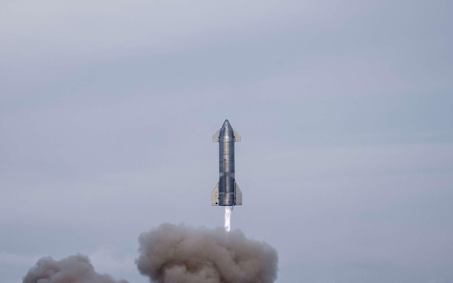 Vol d'essai du prototype SN10 le 3 mars 2021. Si le vol s'est apparement bien déroulé, le prototype a explosé au sol, environ huit minutes après son atterrissage ! © SpaceX