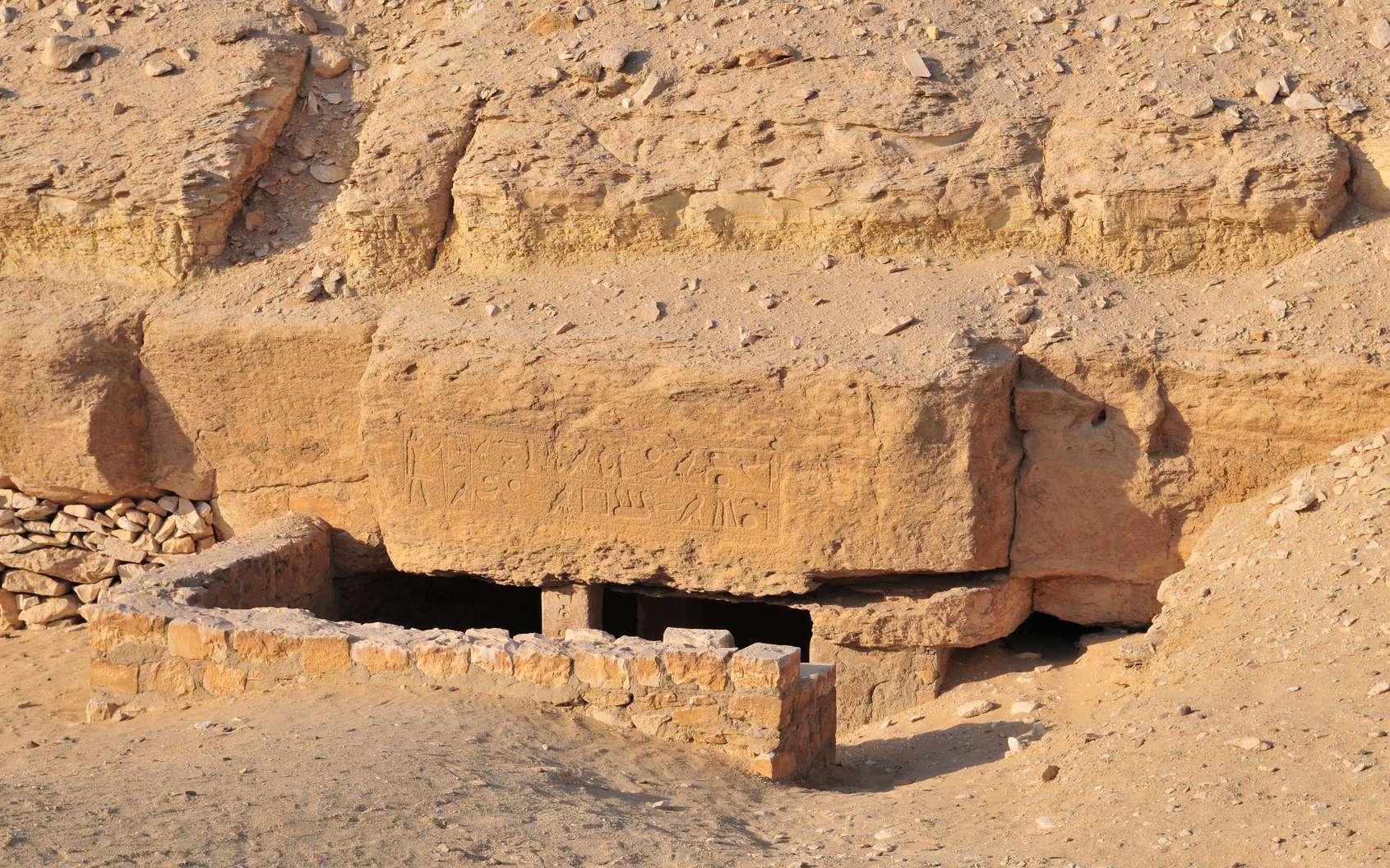 Entrée de la tombe d'un noble d'Ancienne Égypte dans la nécropole de Saqqara. © Jan Marot, Fotolia