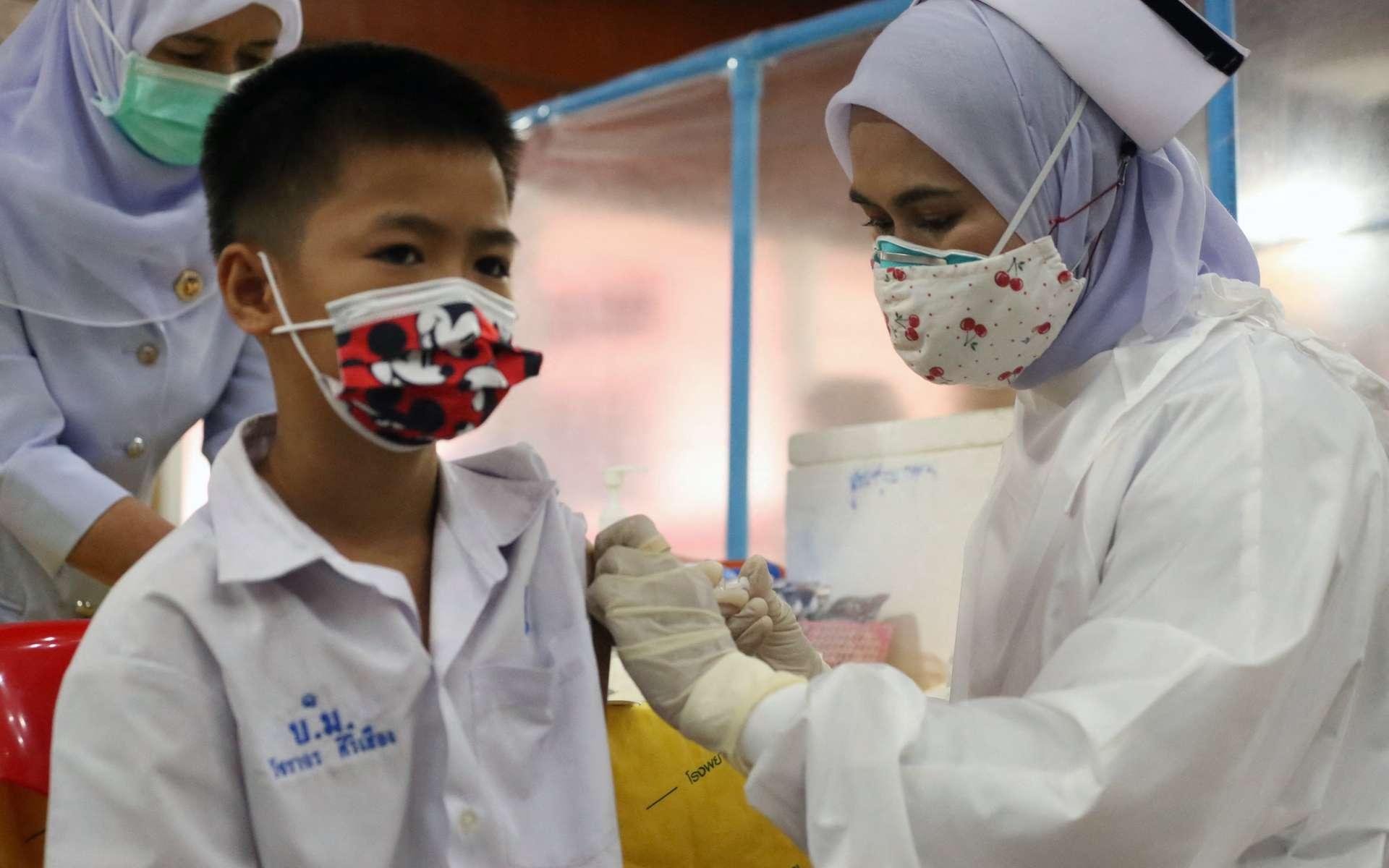Une étude française, la plus vaste menée à ce jour, confirme l'efficacité des vaccins contre la Covid-19. © Tuwaedaniya Meringing, AFP
