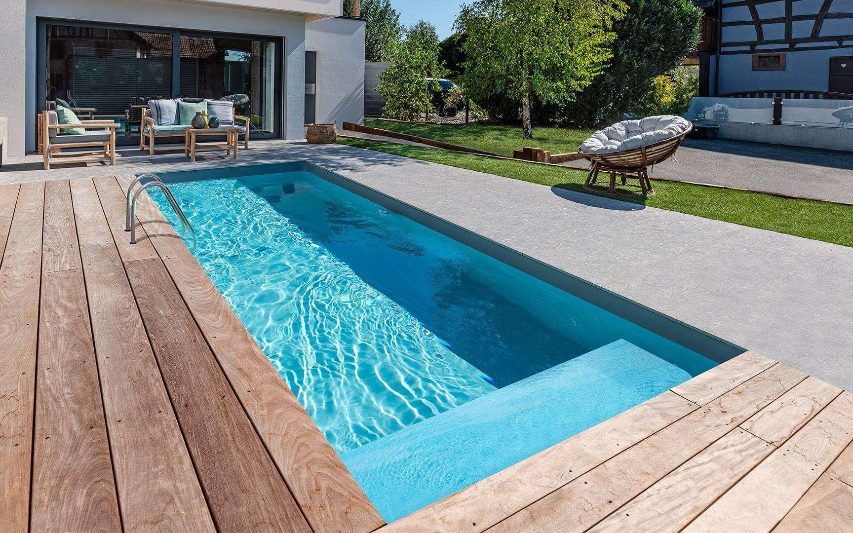 Petites ou grandes piscines, l'eau doit être traitée pour éliminer bactéries, algues, champignons... Pour y parvenir le chlore est concurrencé par le sel, le brome ou encore les UV. © Waterair
