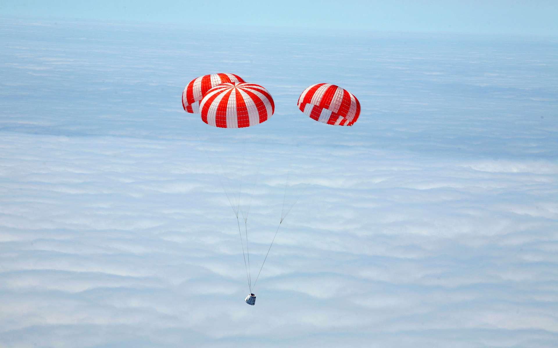 Retour sur Terre de la capsule Dragon, après son premier vol d'essai en décembre 2010. Le premier vol à destination de l'ISS est prévu le 30 avril. © SpaceX