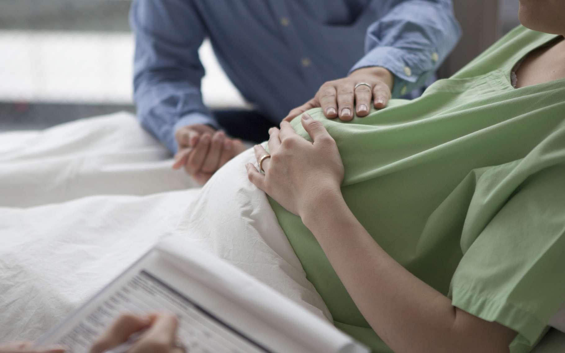 Les douleurs de l'accouchement pourraient-elles être atténuées par le simple fait de tenir la main de l'être aimé? C'est ce qu'affirment des chercheurs aujourd'hui. © Monet, Fotolia
