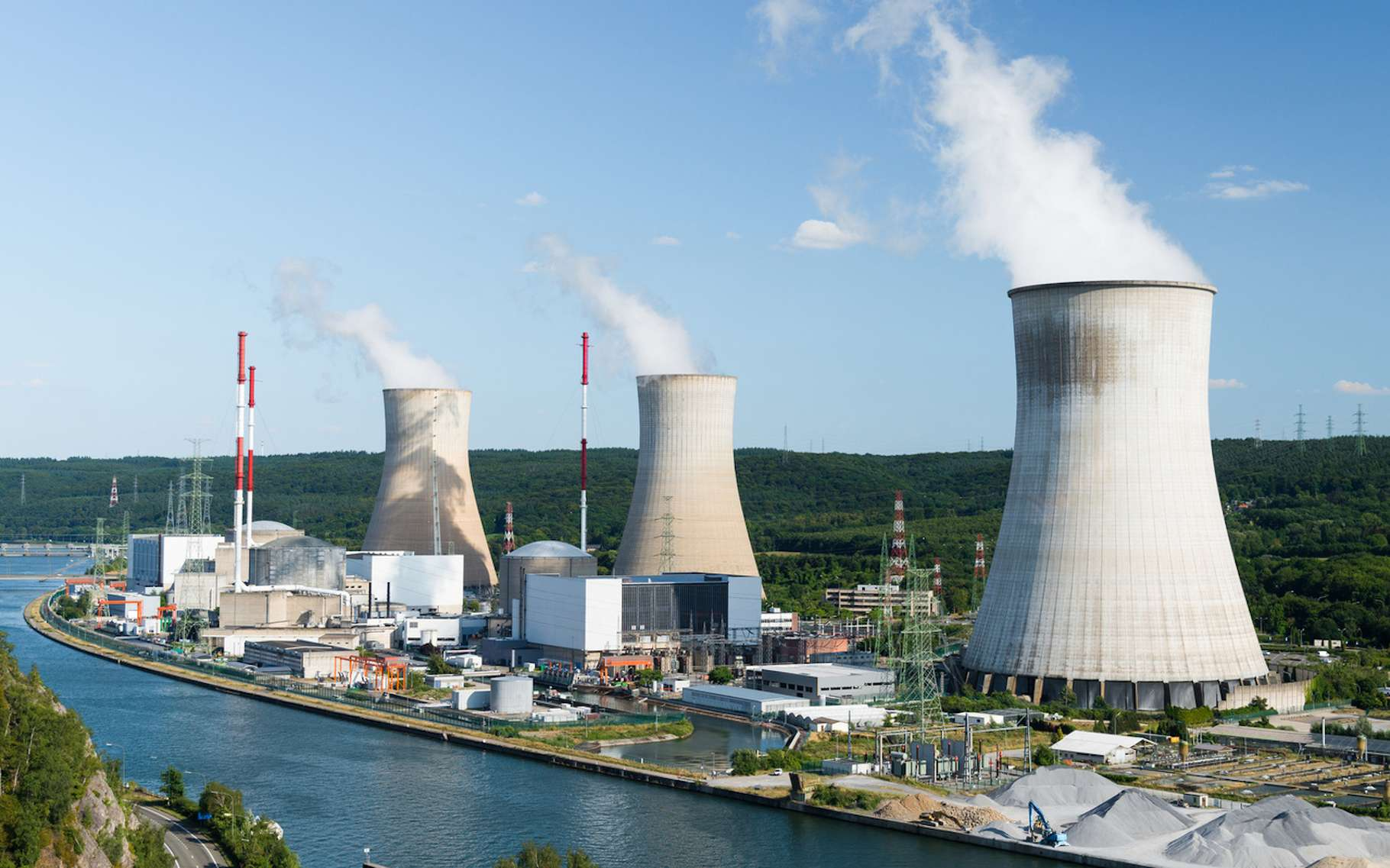 L'énergie nucléaire n'est ni une énergie fossile ni une énergie renouvelable. Simplement une énergie décarbonée. Par ailleurs, la question des déchets nucléaires pose également problème. Ici, les tours aéroréfrigérantes d'une centrale nucléaire. © jotily, Fotolia