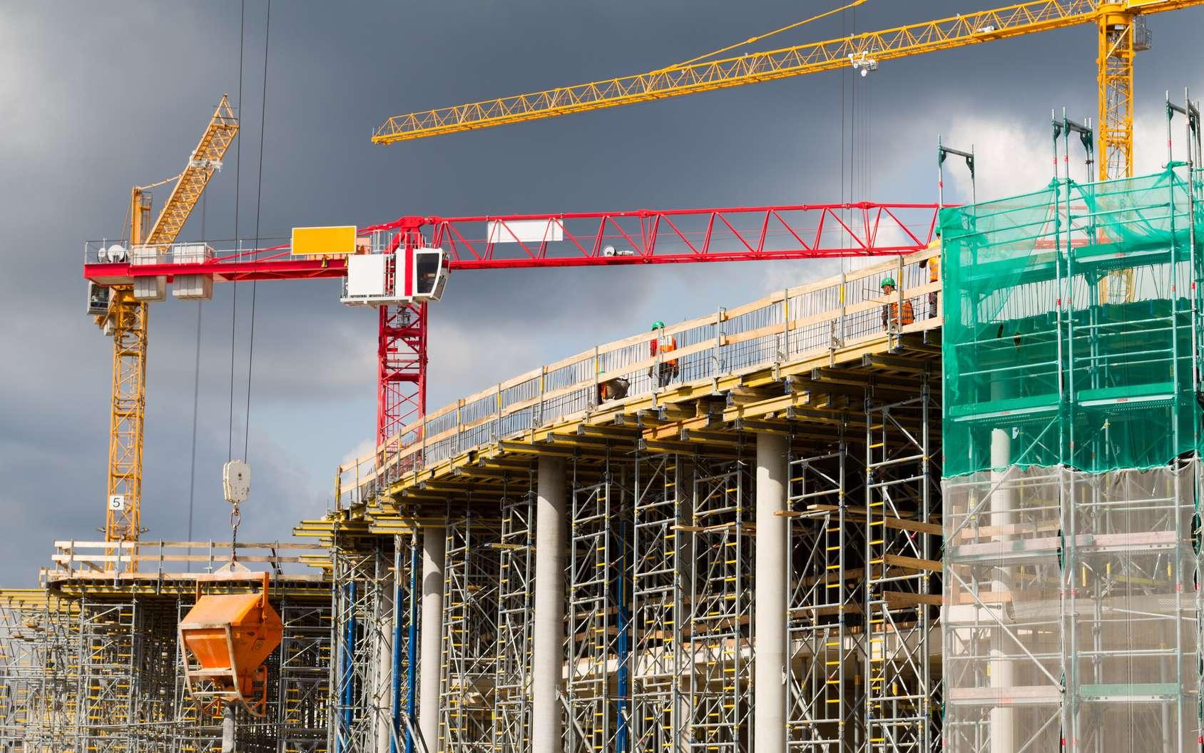 L'ingénieur en génie civil assure la construction ou la réhabilitation des ouvrages d'art utiles à la population, qu'il s'agisse de pont, de gratte-ciel, de réseau ferré, de station d'épuration... © Ulf Dressen, Fotolia.