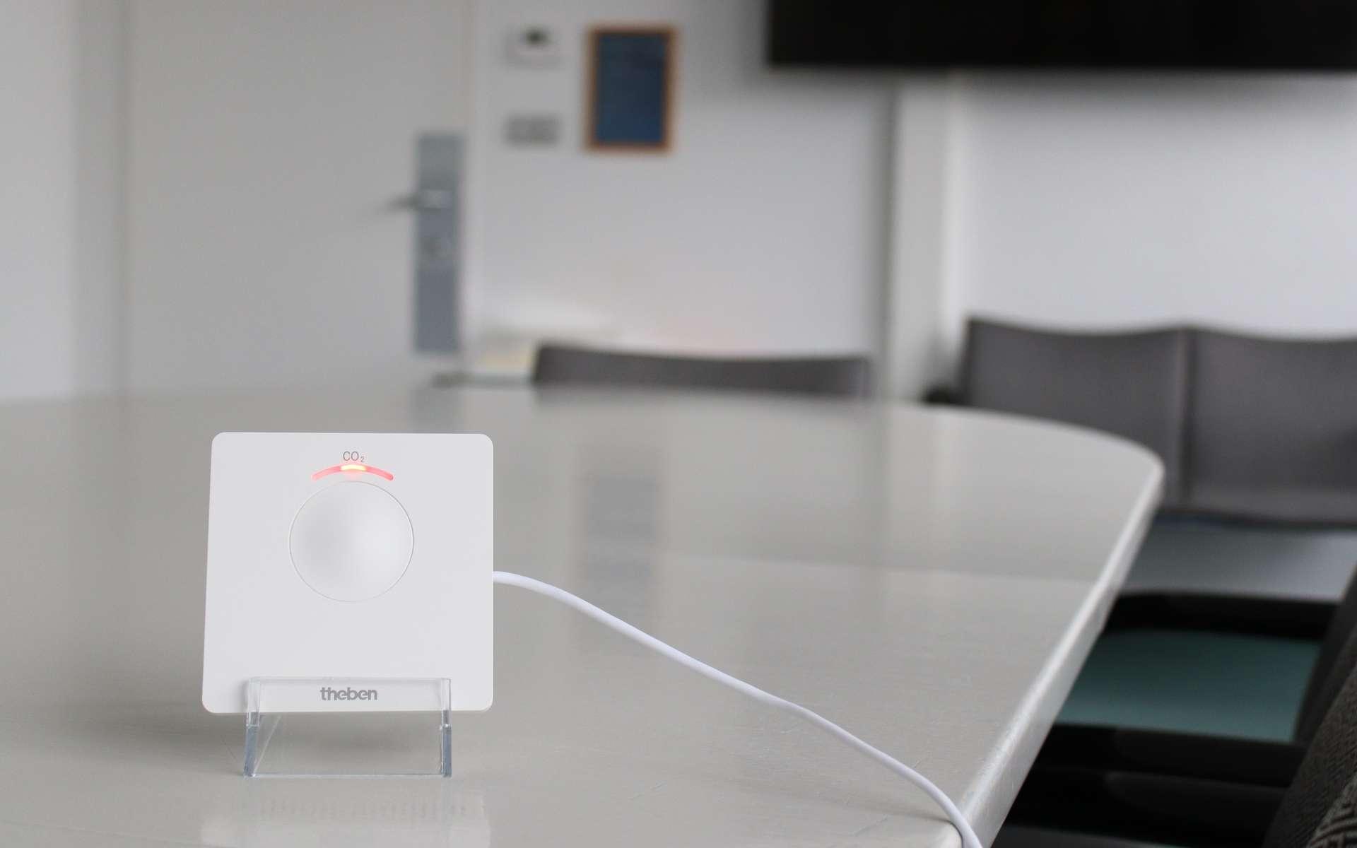 Petit et discret, le boîtier Amun 716 CO2 de Theben permet de connaître en un coup d'œil le taux de concentration de CO2 présent dans une pièce. Alimenté par un cordon USB, il se pose sur un meuble ou s'accroche au mur. © Theben