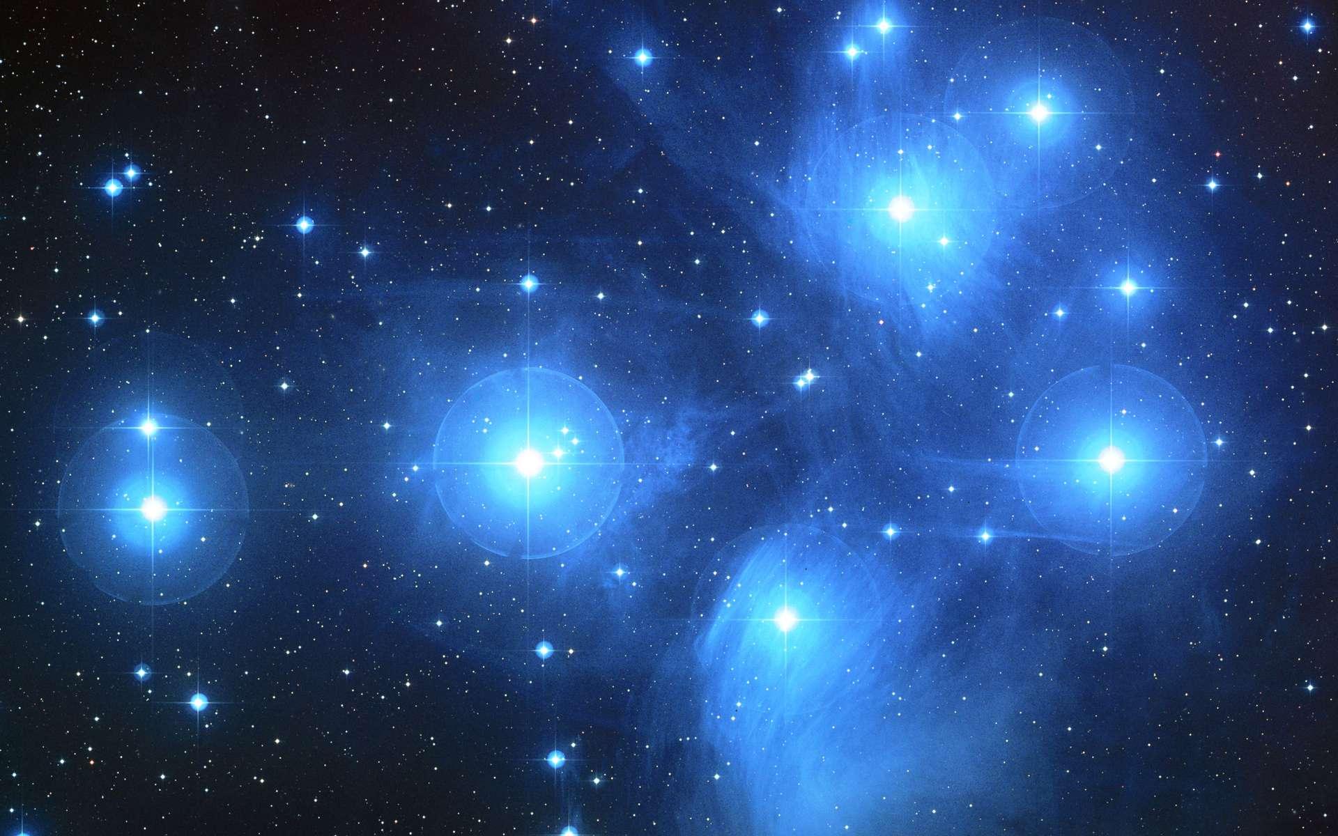 L'amas des Pléiades est un groupe de milliers de jeunes étoiles chaudes nées en même temps ou presque dans un nuage moléculaire. Il s'agit d'un amas ouvert d'étoiles qui se seront dispersées dans quelques centaines de millions d'années. Le Soleil est née dans un amas similaire de sorte qu'il a alors dû passer relativement près de plusieurs de ses jeunes sœurs. © Nasa