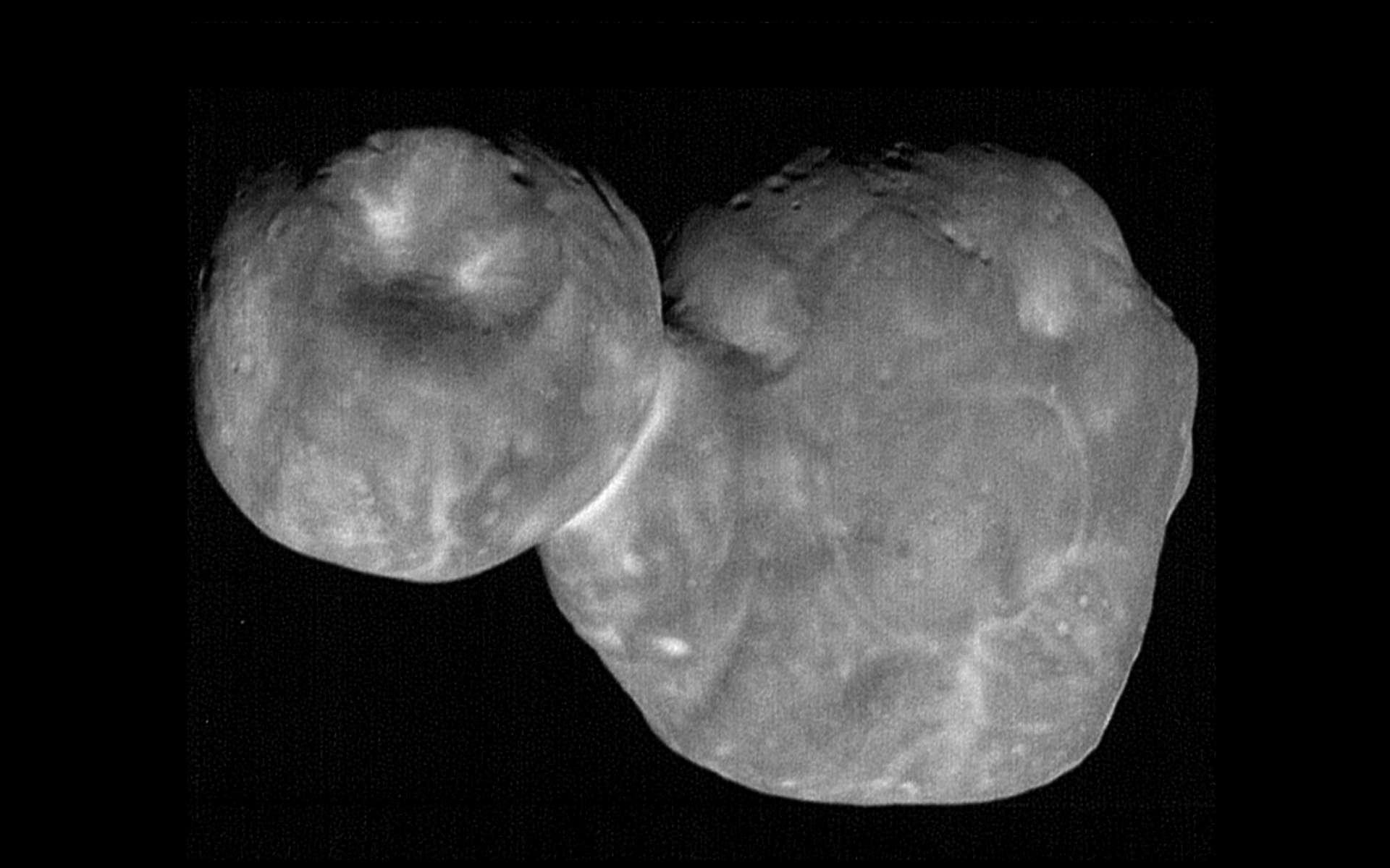 Image composite d'Ultima Thulé prise le premier janvier 2019, à 6.628 kilomètres de l'astéroïde, six minutes et demie avant son passage au plus proche. © Nasa, SwRI, JHUAPL