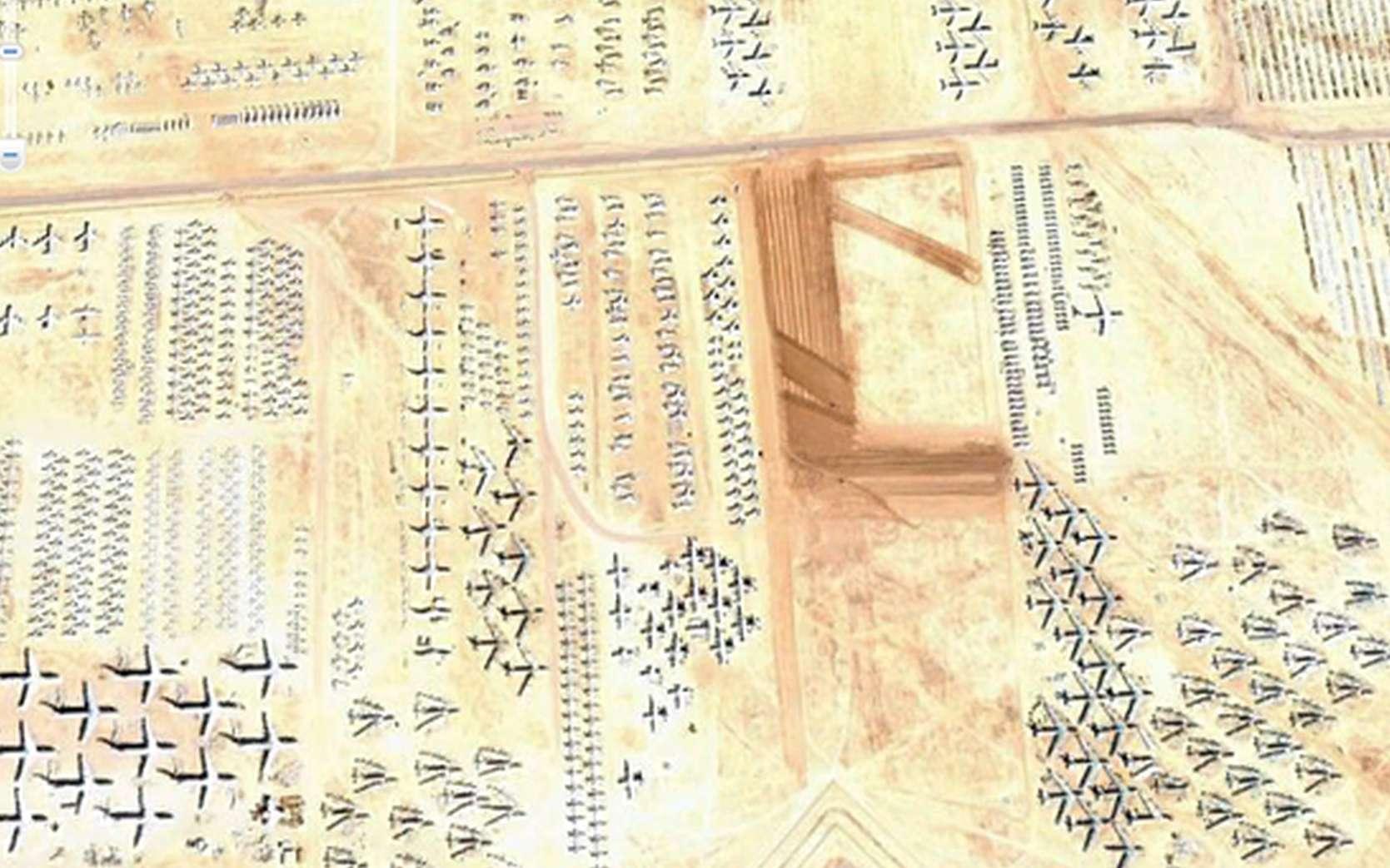 Des hiéroglyphes ? Non, le cimetière pour avions militaires de l'U.S. Air Force à Tucson, Arizona. © Google Earth