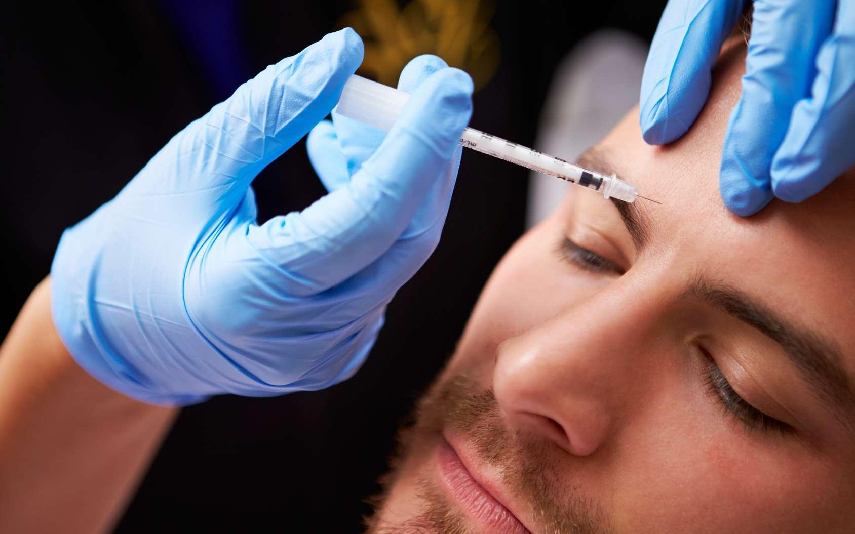 Un homme subissant une injection dans une clinique esthétique. © Monkey Business, Fotolia