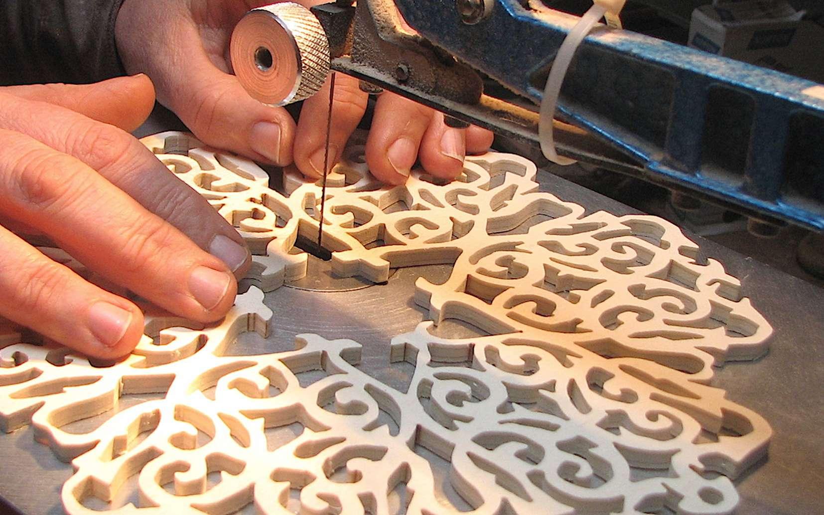 Le chantournage consiste à réaliser des découpes sinueuses dans différents matériaux comme le bois, le carton, le métal, la pierre ou le plastique. © L'Atelier Bois
