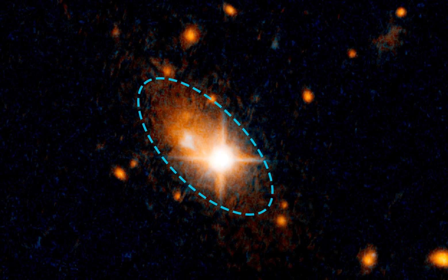 Le quasar 3C 186 est bien visible sur cette photo et il est décalé du centre de sa galaxie hôte (indiquée par l'ellipse) qui apparait moins lumineuse. © Nasa, Esa, M. Chiaberge (STScI and JHU)