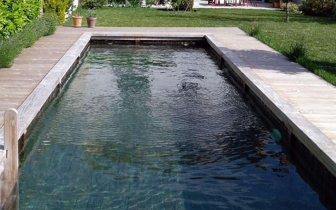 Connectée et 100 % naturelle, la piscine en bois immergée utilise du pin Douglas issu de forêts françaises et labellisées PEFC. Equipée d'une filtration biologique, elle permet de profiter d'une eau douce, pure et cristalline. © BioPoolTech