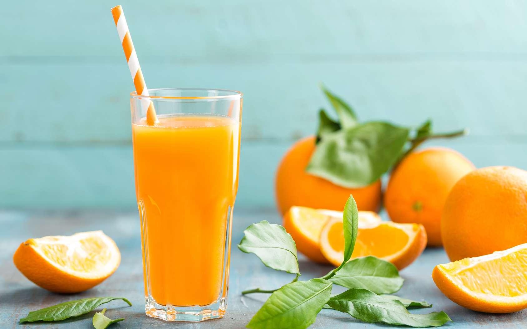 Comme pour les épinards avec le fer, l'orange est réputée pour contenir beaucoup de vitamine C. Certes, elle en contient mais pas autant que d'autres fruits : cassis, goyave ou le kiwi. Néanmoins avec une teneur en vitamine C de 60 mg pour 100 g, elle reste très intéressante. © Sea Wave, Fotolia