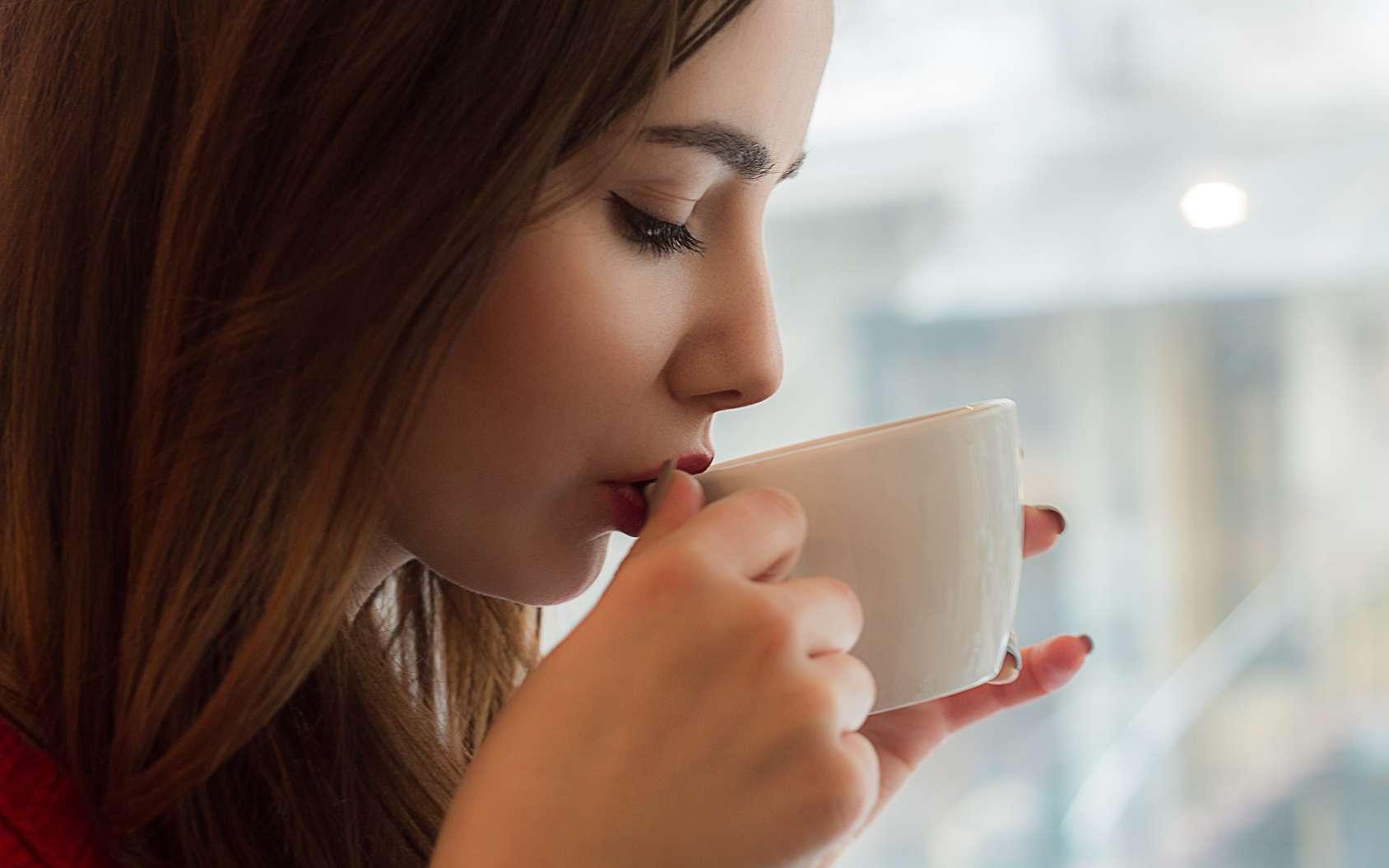 Le lait est riche en tryptophane qui conditionne la synthèse de la sérotonine, une hormone favorisant l'endormissement. Bu le soir, il permettrait ainsi de mieux dormir. © heatray, Fotolia