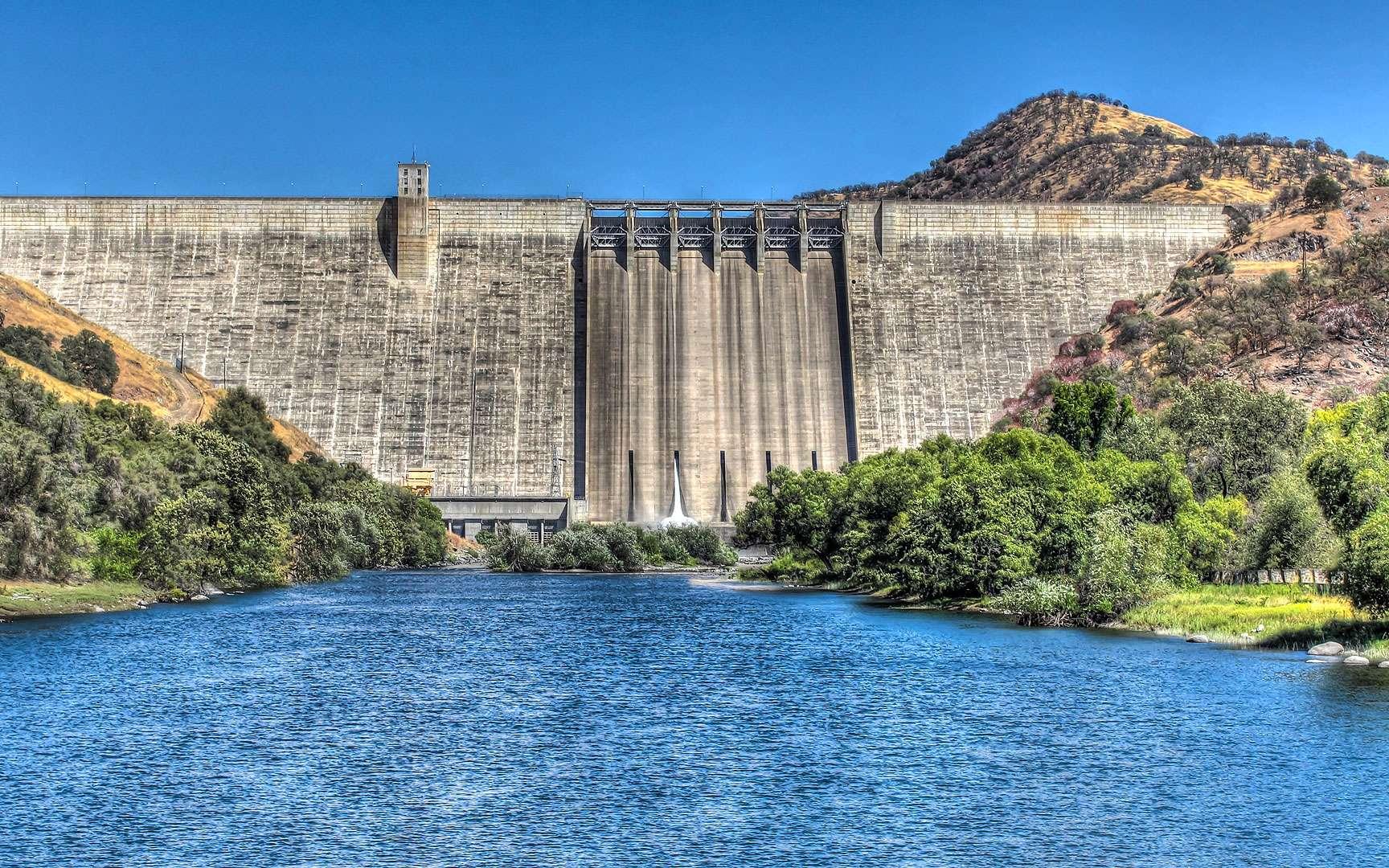 Le barrage Pine Flat et son lac, l'un des plus grands réservoirs de Californie. Le barrage-poids de Pine Flat a été édifié entre 1947 et 1954 sur la Kings River, dans le centre de la Californie (États-Unis). Long de 560 mètres pour 130 mètres de haut, il a été conçu spécialement pour contrôler les risques d'inondation, mais il sert également à la production d'énergie, à l'irrigation et à l'agrément. Il a engendré la création du lac Pine Flat qui est l'un des plus grands réservoirs de Californie. © David Seibold, CC by-nc 2.0