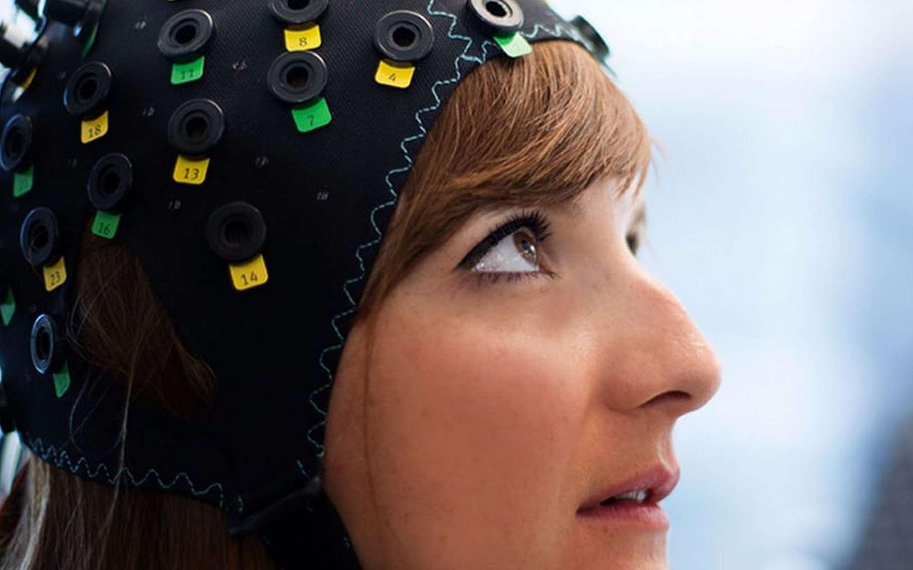 Pour créer une interface neuronale capable de suivre l'activité cérébrale des patients atteints d'un syndrome d'enfermement complet, les chercheurs du Wyss Center for Bio and Neuroengineering de Genève ont associé l'électroencéphalographie et la spectroscopie dans le proche infrarouge. © Wyss Center