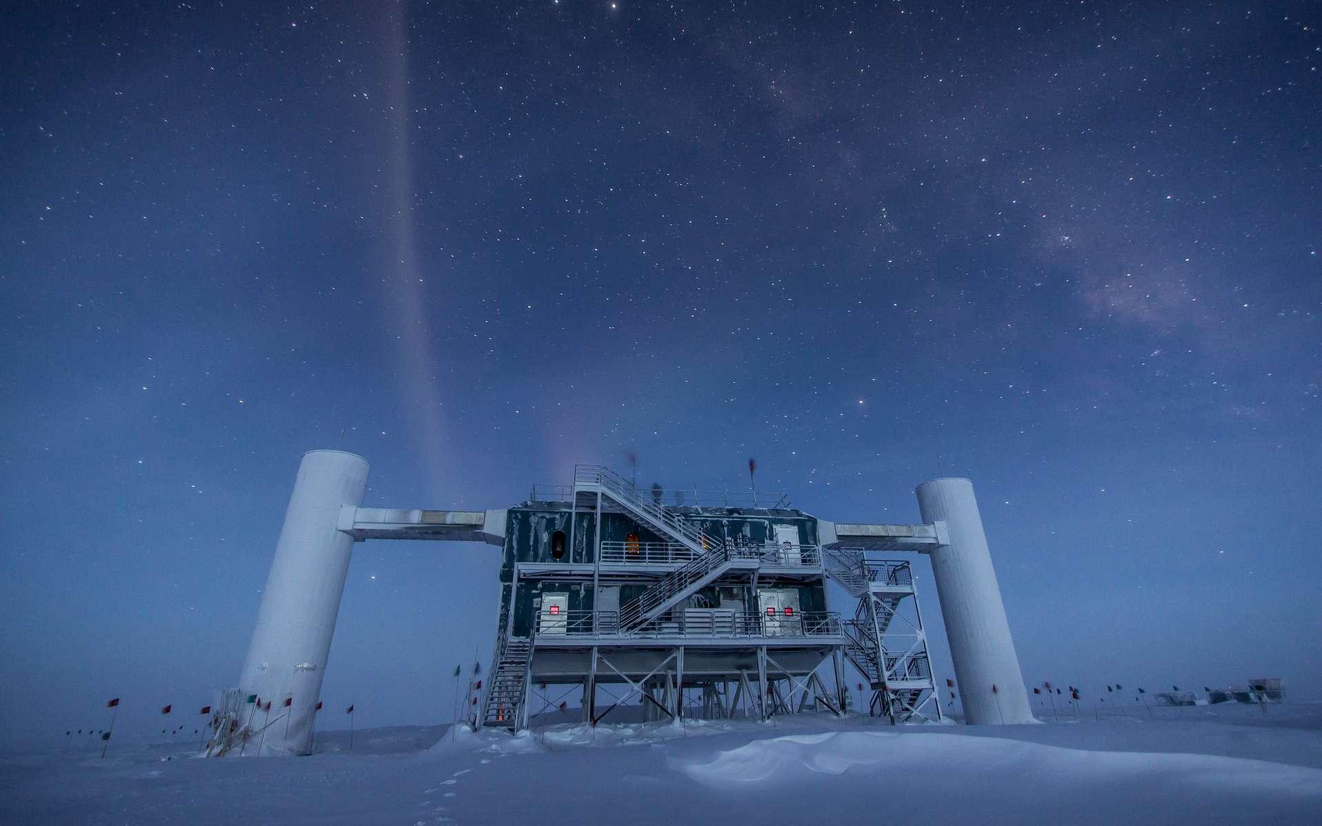 Les bâtiments de surface surplombant le détecteur géant de neutrinos IceCube, en Antarctique. La pureté de la glace à plus d'un kilomètre de profondeur permet à plus de 5.000 photomultiplicateurs d'enregistrer avec précision les flashs bleutés très ténus générés par les muons issus de la collision des neutrinos avec les noyaux atomiques de la glace. La construction d'IceCube a commencé en 2005, mais le détecteur est une version plus grande d'Amanda, qui date du début des années 1990. © Felipe Pedreros, IceCube, NSF