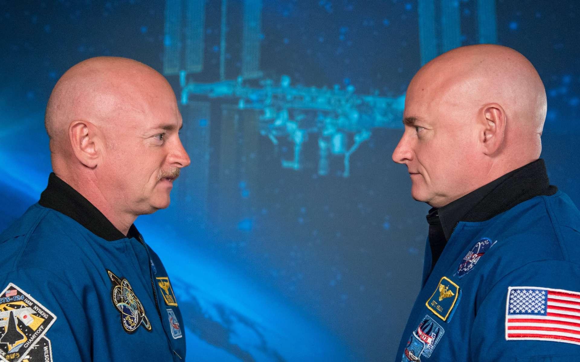 Mark Kelly, à gauche, face à son frère jumeau Scott, à droite, qui a séjourné 340 jours dans l'espace, à bord de l'ISS. © Nasa