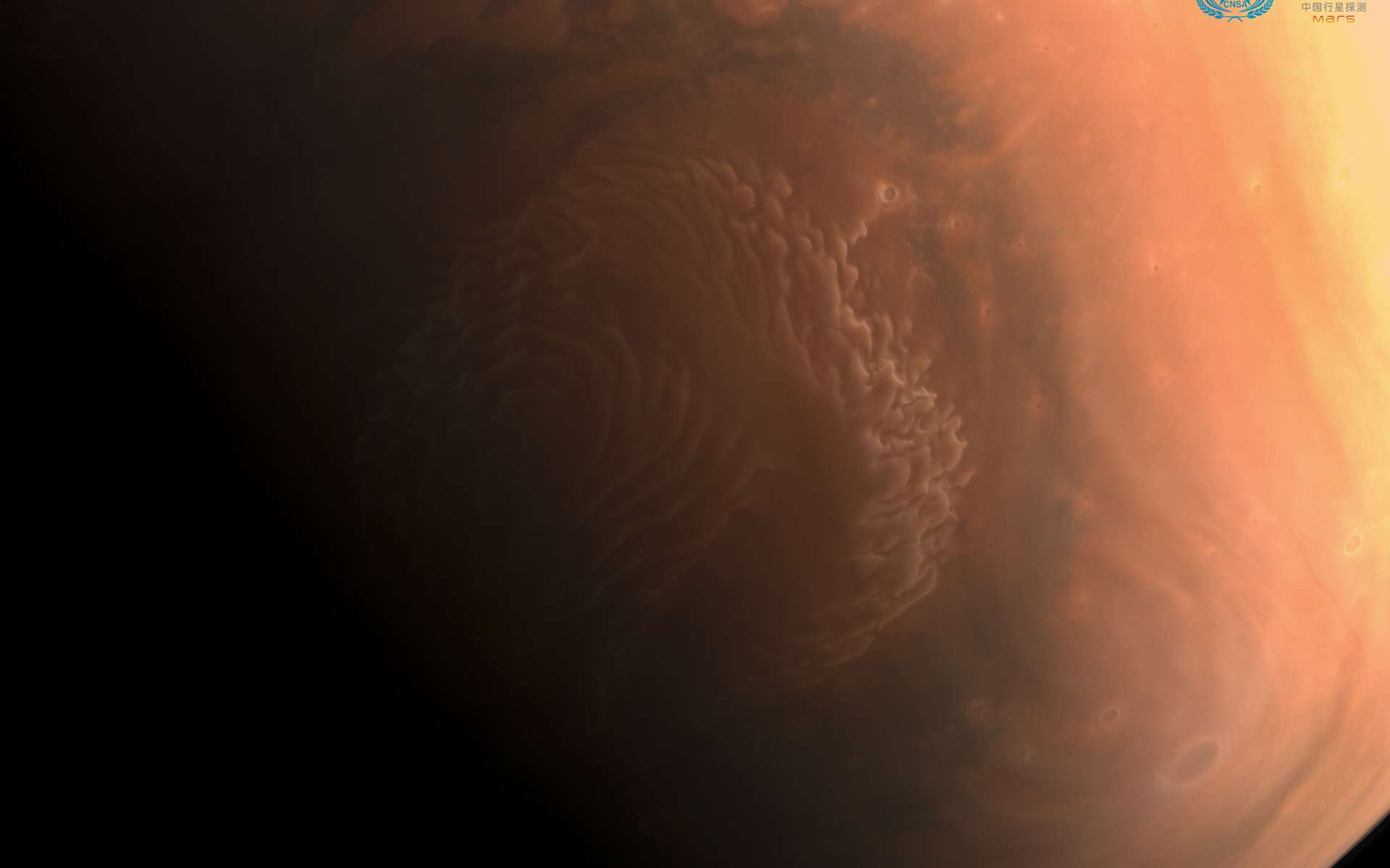 Cette image en couleur du pôle nord martien a été acquise par la sonde Tainwen-1, quelques jours après son arrivée autour de Mars. Contrairement aux deux images en noir et blanc offrant une bonne résolution, cette image a été acquise par une caméra à moyenne résolution. © CNSA