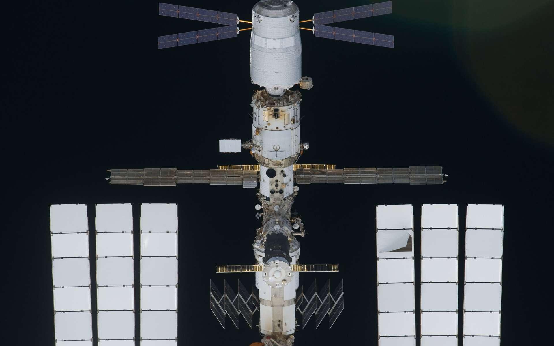 Avec ses panneaux solaires bleus, l'ATV Johannes Kepler est amarré au module de service russe Zvezda. Il restera accroché à la Station spatiale pendant au moins trois mois. © Nasa