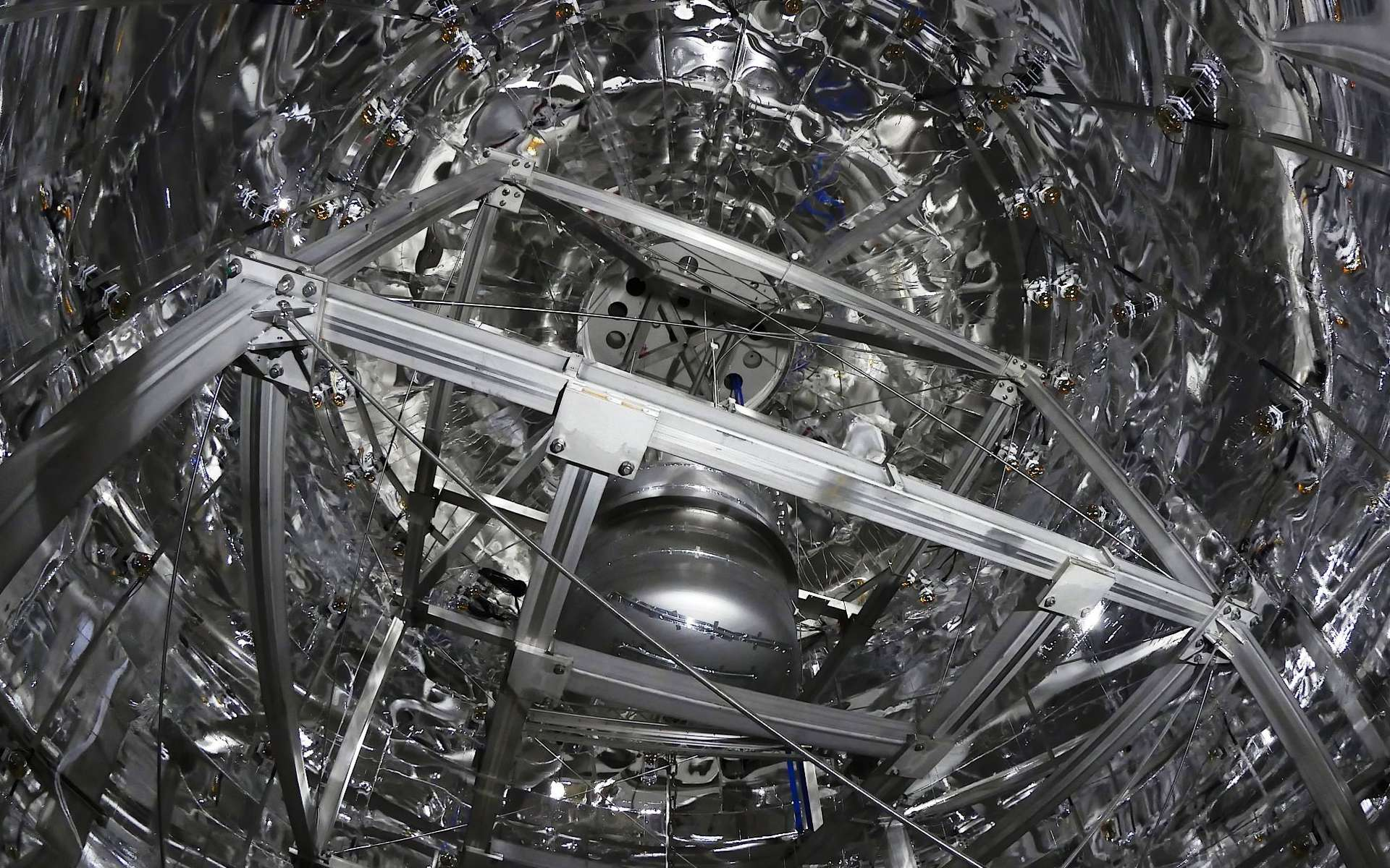 L'expérience Xenon 1T a-t-elle découvert la matière noire ? Elle se trouve sous le Gran Sasso, en Italie, dans une caverne qui mesure 100 m de long, 20 m de large et 18 m de haut. Le nouvel instrument y est installé à l'intérieur d'un château d'eau de 10 m de diamètre afin de le protéger de la radioactivité naturelle de l'environnement. © Xenon Collaboration