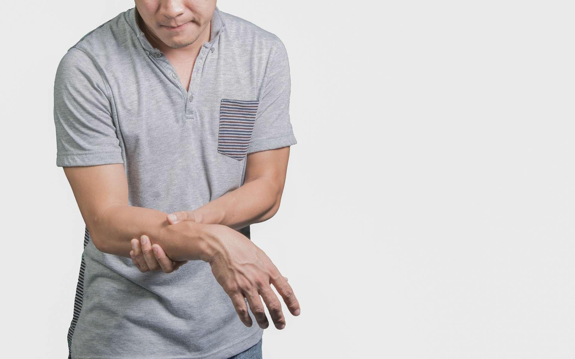 Le patient atteint du syndrome de Guillain-Barré a des sensations anormales au niveau des membres, pouvant évoluer vers une paralysie. © phugunfire, Shutterstock