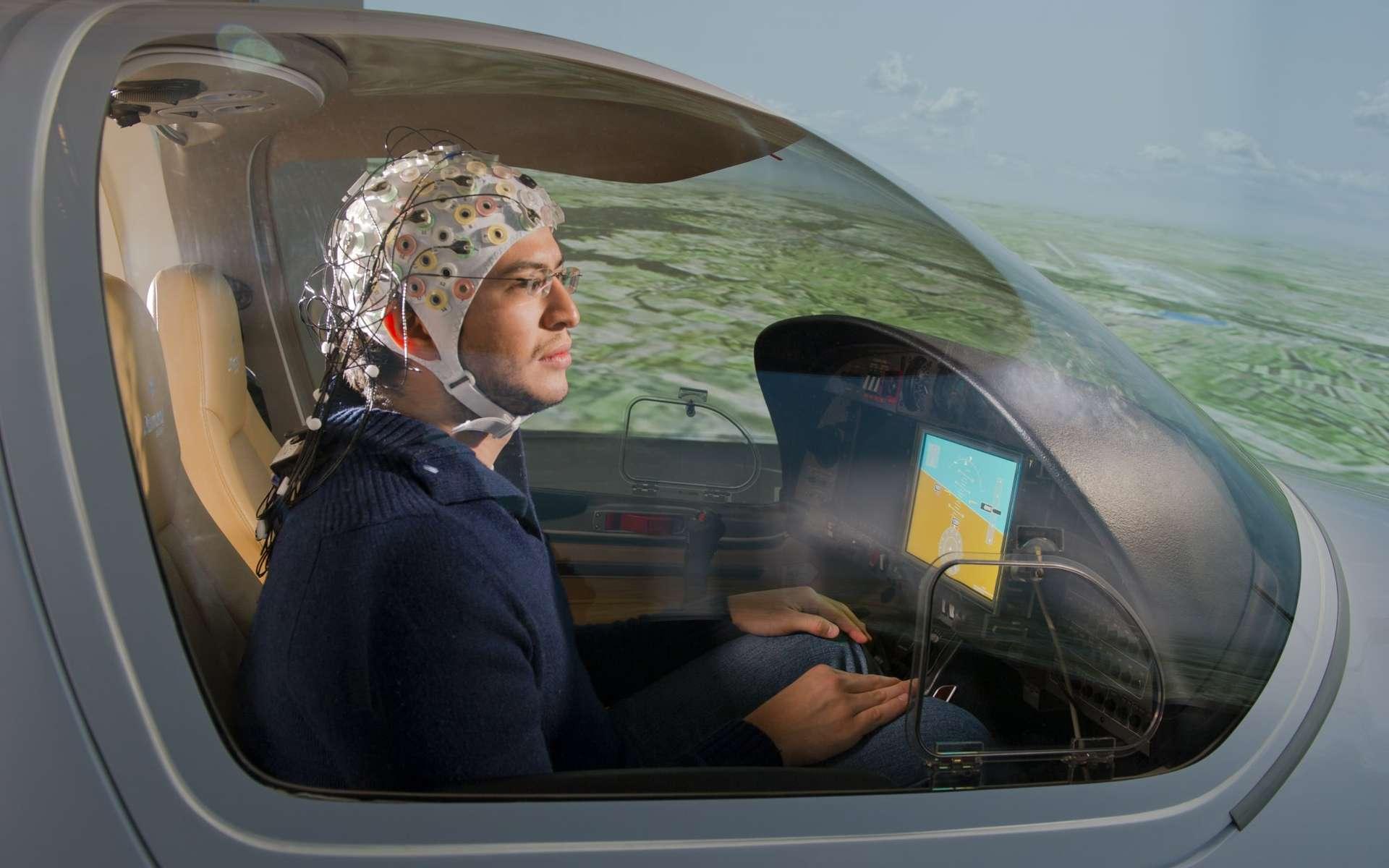 L'étonnant projet européen Brain Flight étudie une interface permettant de piloter un avion par la pensée. Des essais menés sur un simulateur de vol sont prometteurs, même si la réalisation concrète reste lointaine. © A. Heddergott/TU München