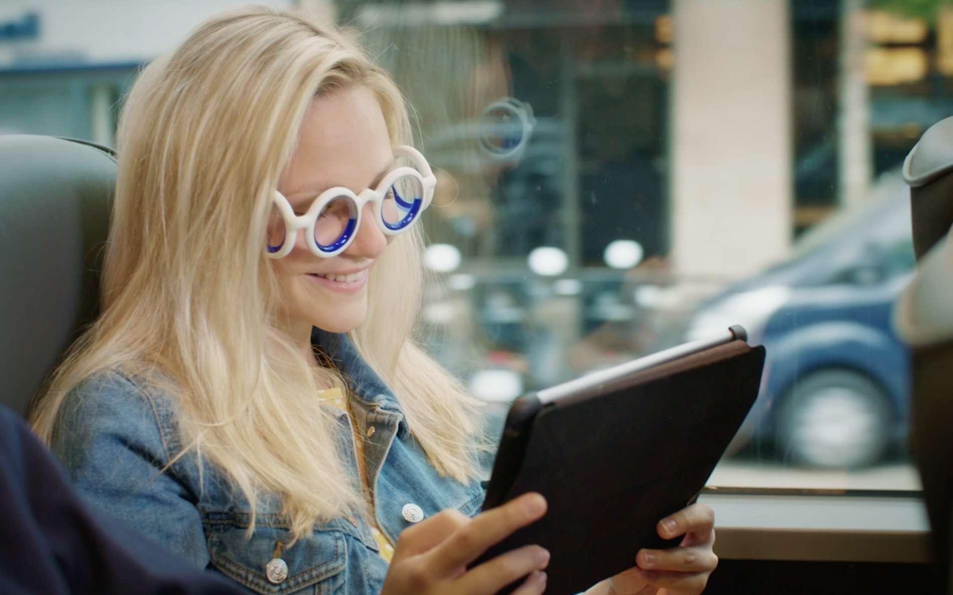 Citroën lance des lunettes contre le mal des transports qui permettent de lire ou de regarder un film durant un trajet. © Citroën
