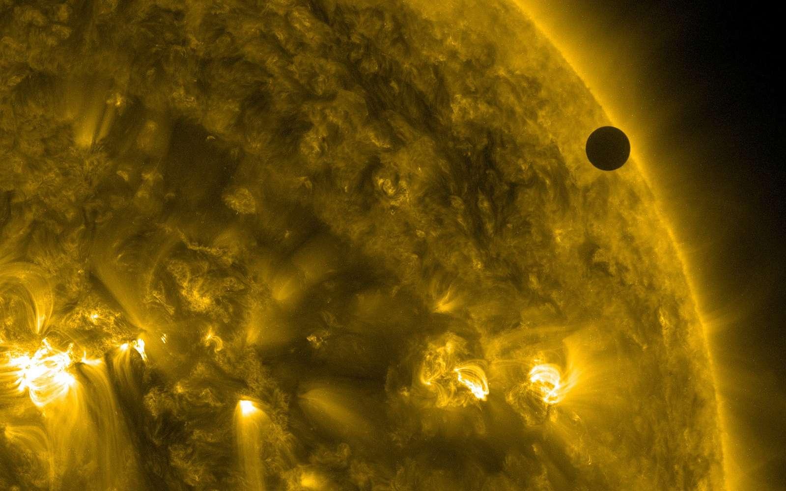 Vénus, ici de passage devant le Soleil, présente une période de rotation synodique (117 jours) largement inférieure à sa période de rotation sidérale (243 jours). © Nasa Goddard Space Flight Center, Flickr, CC by 2.0